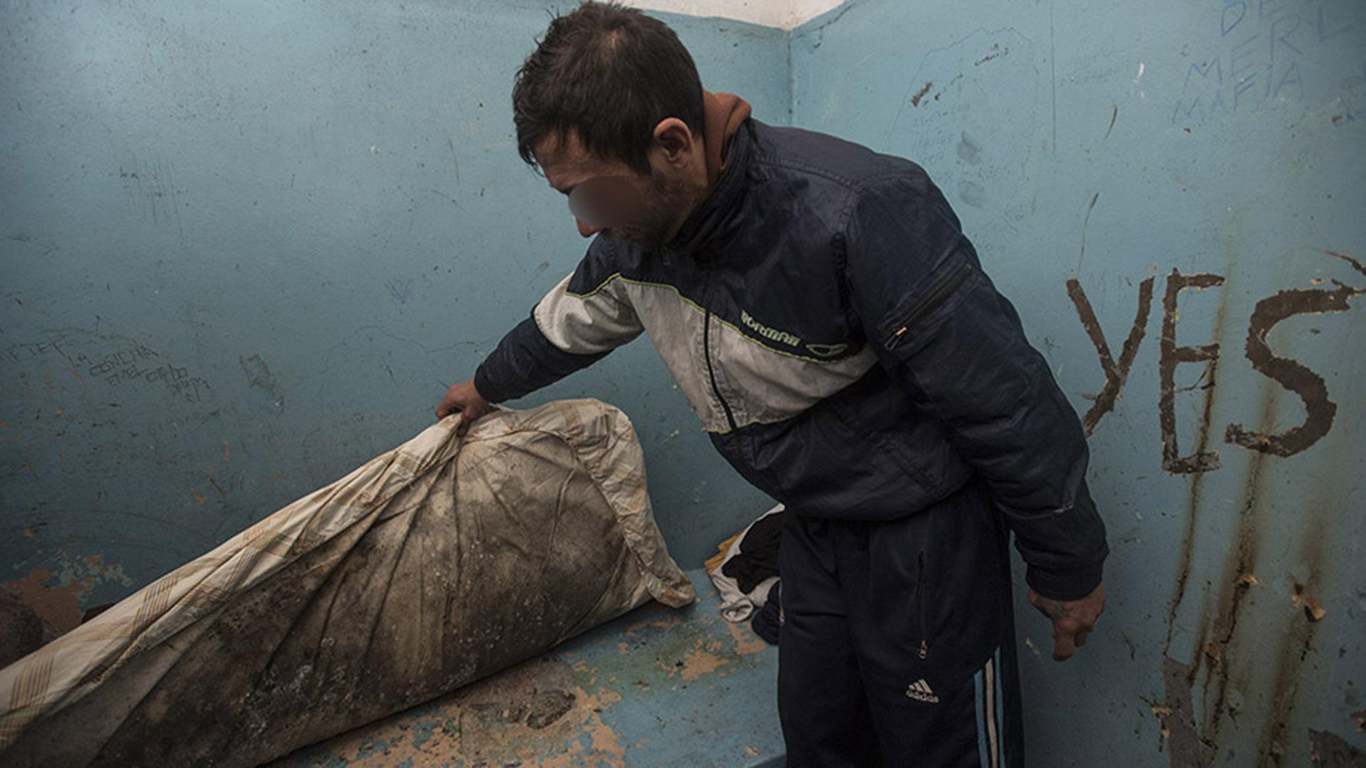 Uno de los detenidos en aislamiento muestra su colchón mojado por la humedad.
