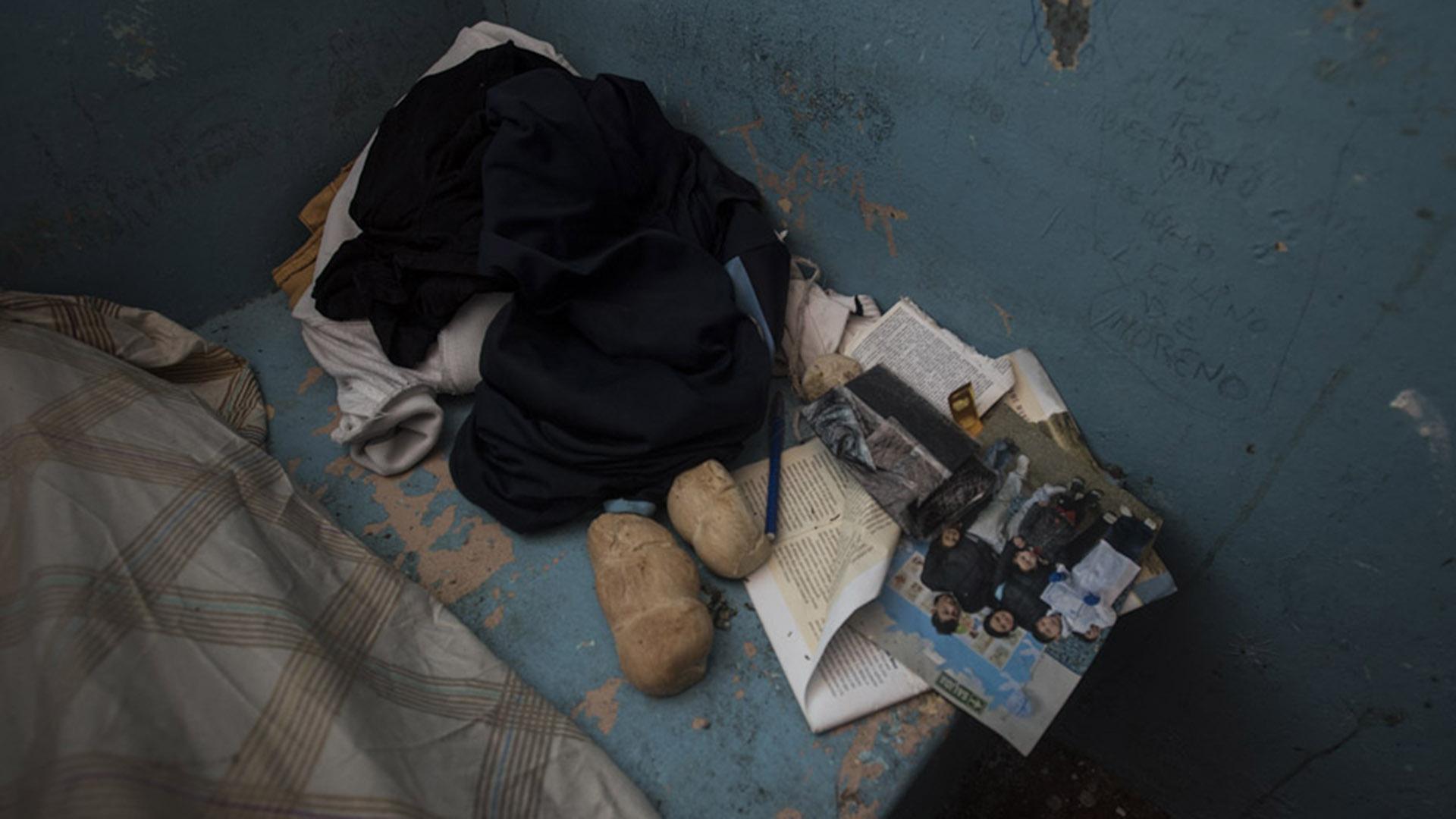 """Fotos familiares y pan duro en los """"buzones"""" del penal."""