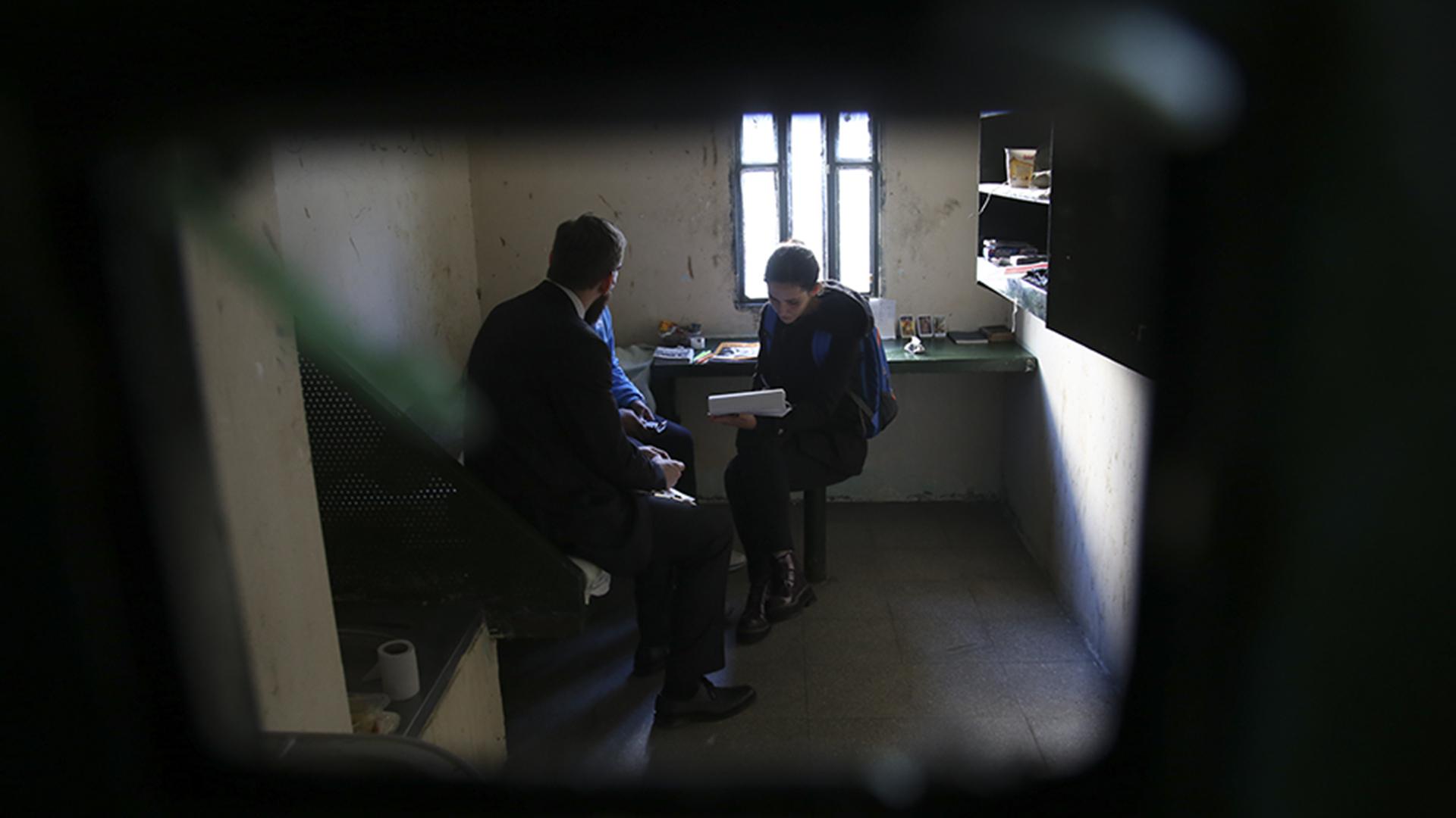 Miembros de la Procuvin entrevistan a un detenido enfermo.