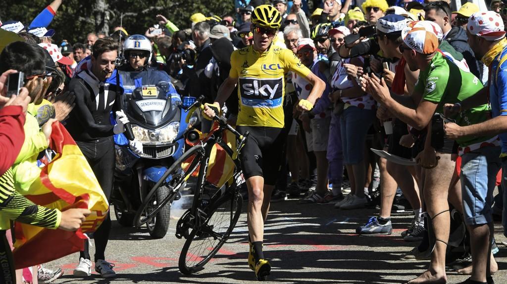 Caos en el Tour de France: Chris Froome siguió a pie tras perder su  bicicleta - Infobae