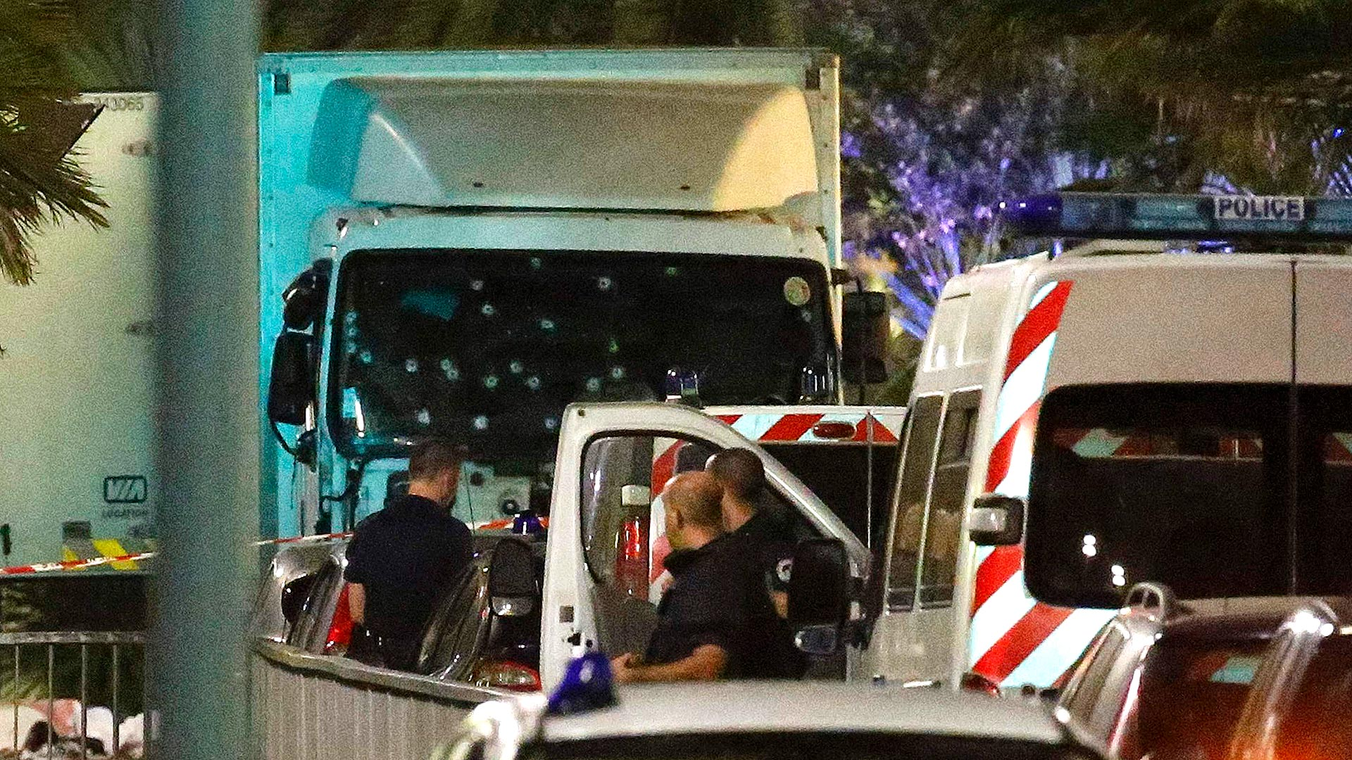 El camión del ataque, con los disparos en el parabrisas (Reuters)