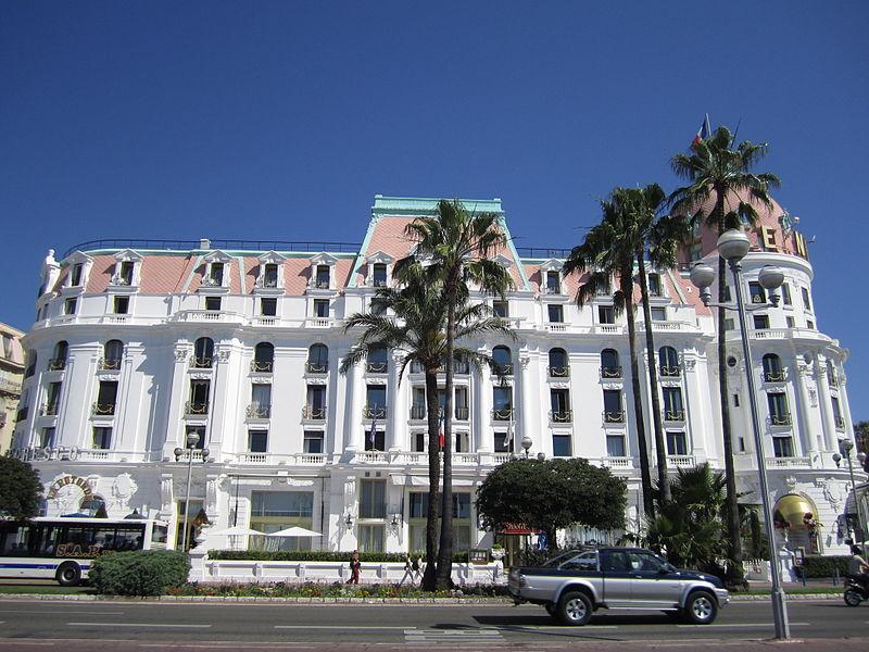 El hotel, visto desde la famosa avenida Promenade des Anglais