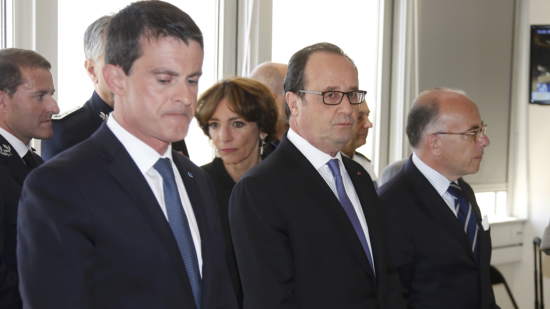 El premier francés Manuel Valls (izquierda) fue abucheado por los asistentes al acto en Niza.(Reuters)