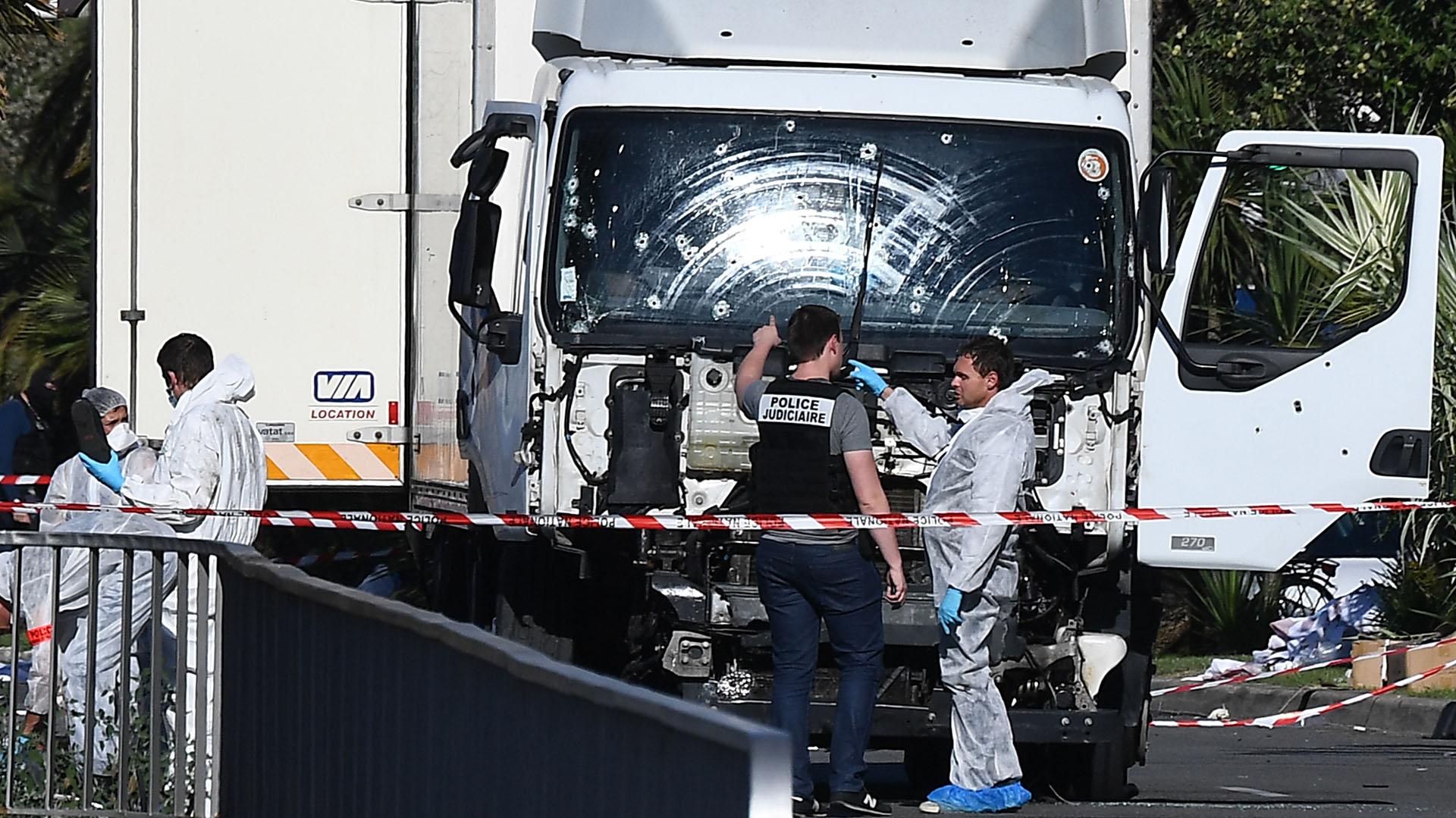 Así quedó el camión conducido por Bouhlel luego de ser baleado por la Policía francesa. (AFP)