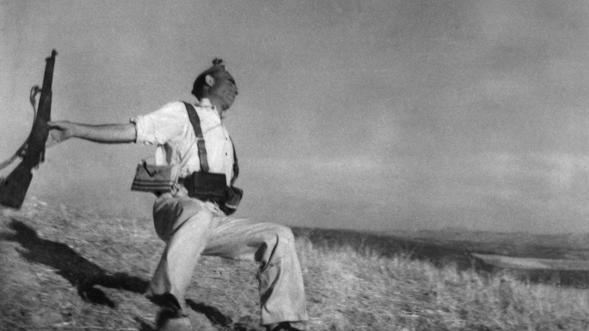 Esta fotografía del miliciano anarquista Federico Borrell García cayendo al suelo abatido por un disparo en la Guerra Civil Española es una de las imágenes más icónicas del siglo XX (Robert Capa)