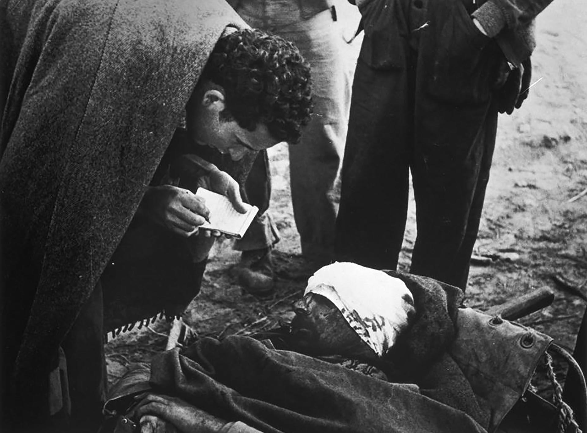 Capa se introdujo dentro de diferentes frentes, retratando desde campesinos heridos, muertos, o momentos de lucha, hasta otros instantes en que estos hombres pasaban horas divirtiéndose o trabajando. Ésta será toda una novedad dentro de la fotografía de guerra (Robert Capa)