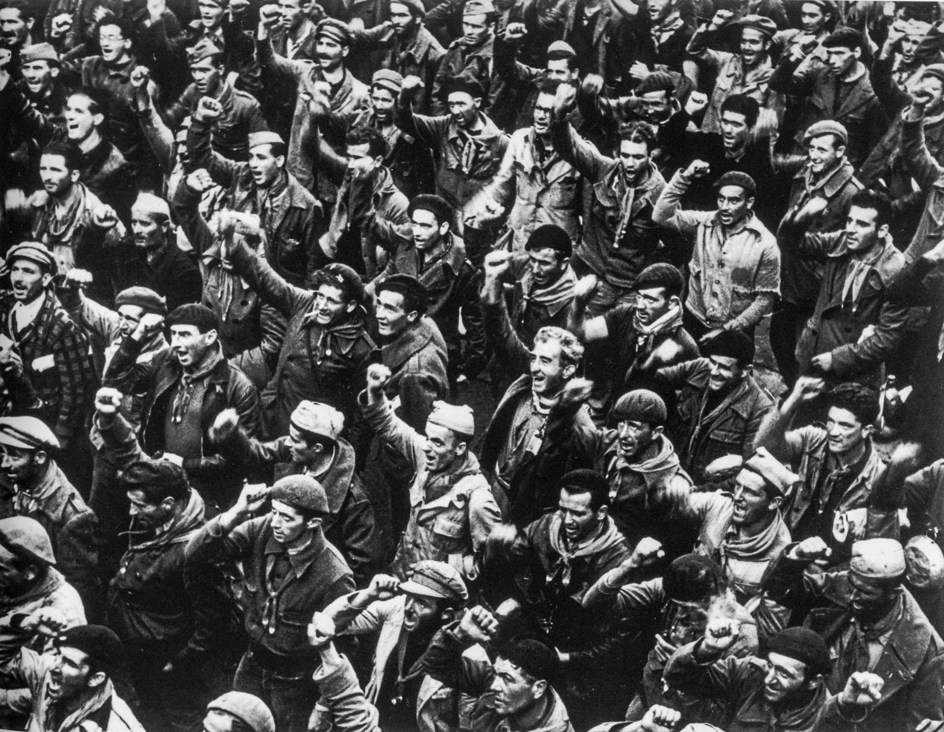 Andrei Friedmann (Robert Capa) nació en Budapest en 1913 y con solo diecisiete años fue exiliado de su país por su activismo izquierdista. Estudió periodismo en Berlín, y pronto empezó a trabajar en fotografía. En la foto: civiles en Madrid, 1937 (Robert Capa)