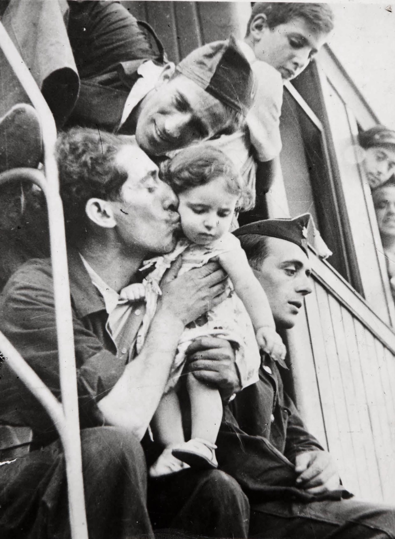 Milicianos despidiéndose en la estación de Barcelona (Robert Capa)