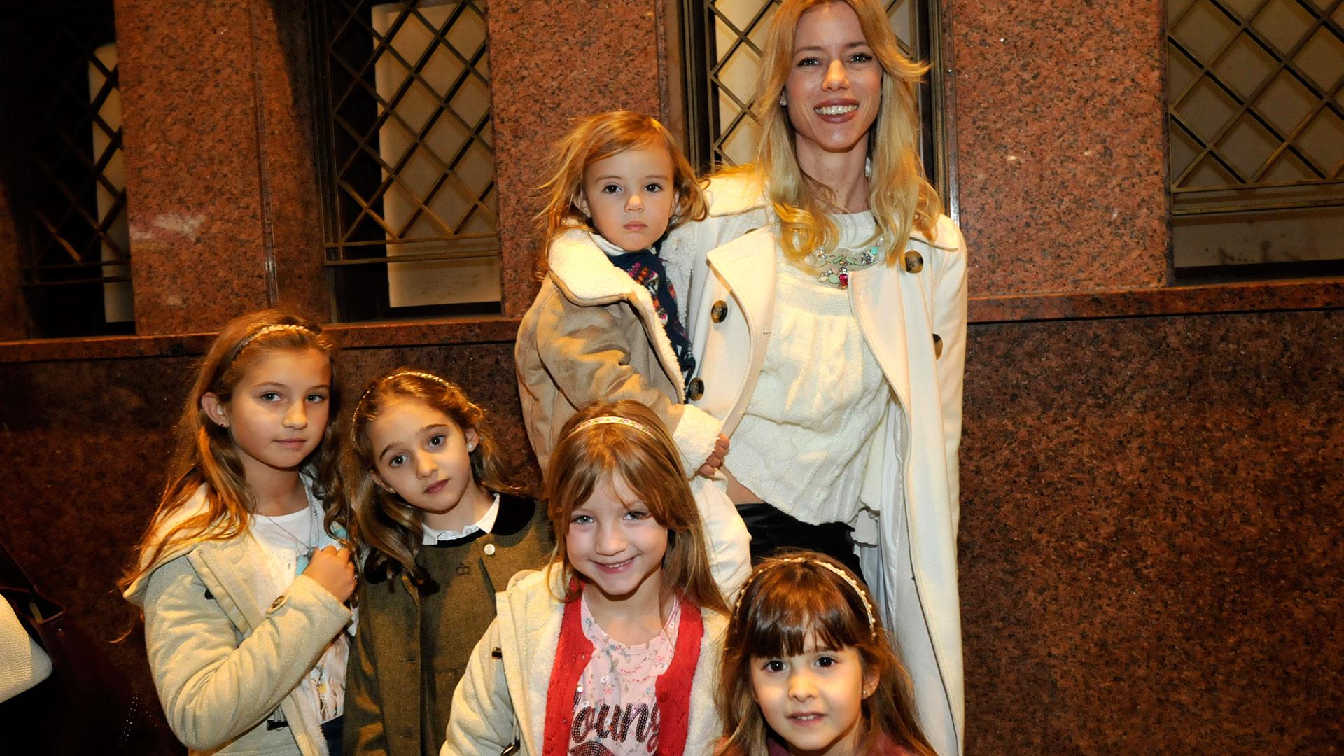 Nicole Neumann, rodeada de niños