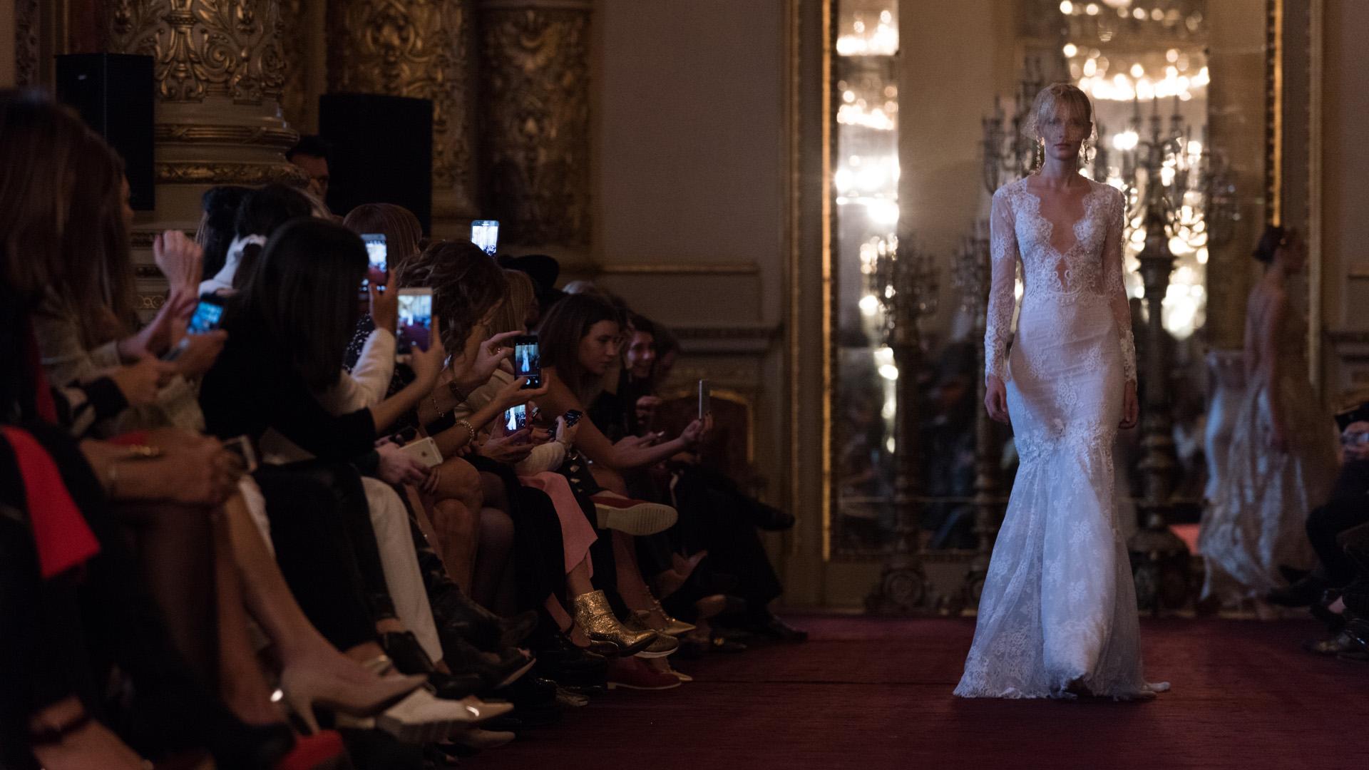 Vestido de novia línea sirena en cuatro encajes superpuestos, con detalles de transparencias y bordado a mano