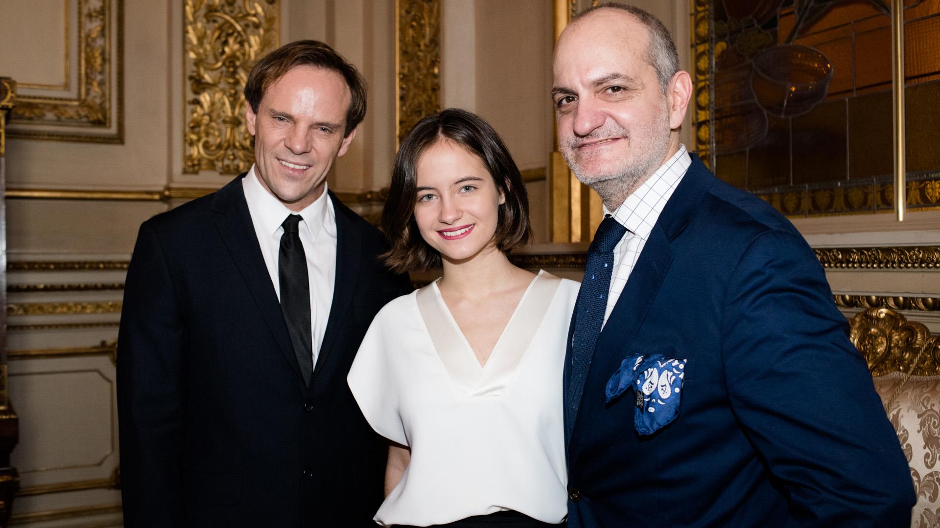 La modelo Violeta Juni junto a Thiago Pinheiro y Laurencio Adot
