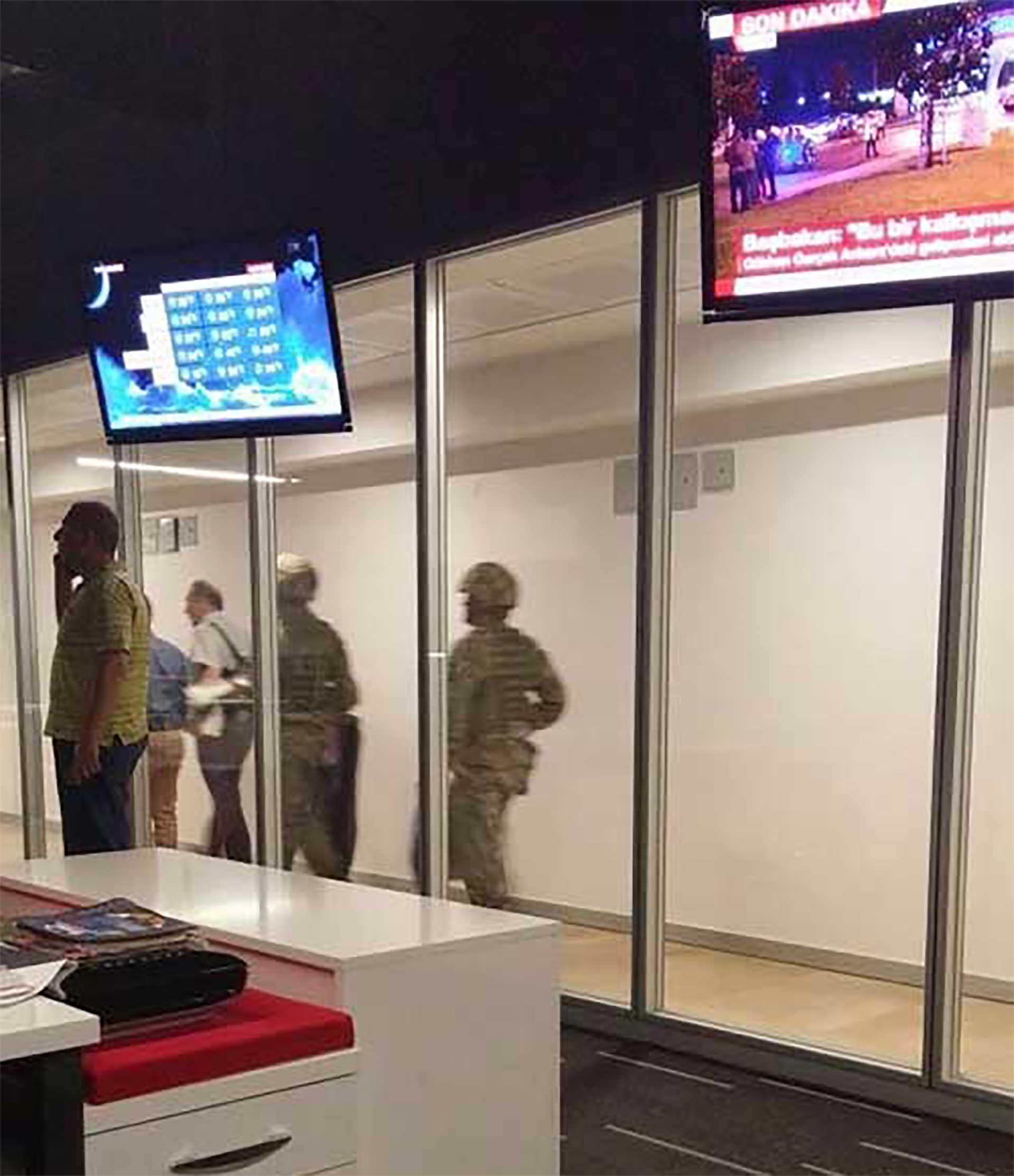 Militares tomaron el estudio de la televisión estatal