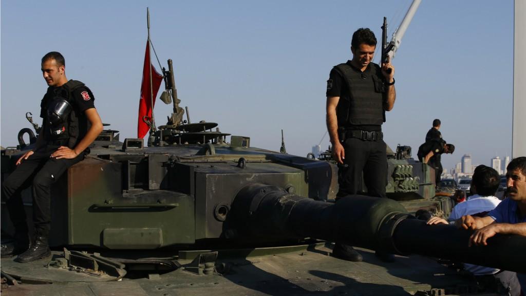 Policías y soldados leales al gobierno de Erdogan tomaron el cuartel general del ejército (AP)