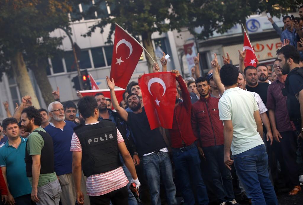 El presidente Erdogan pidió a la población que siga en las calles por temor al surgimiento de otro foco (AP)