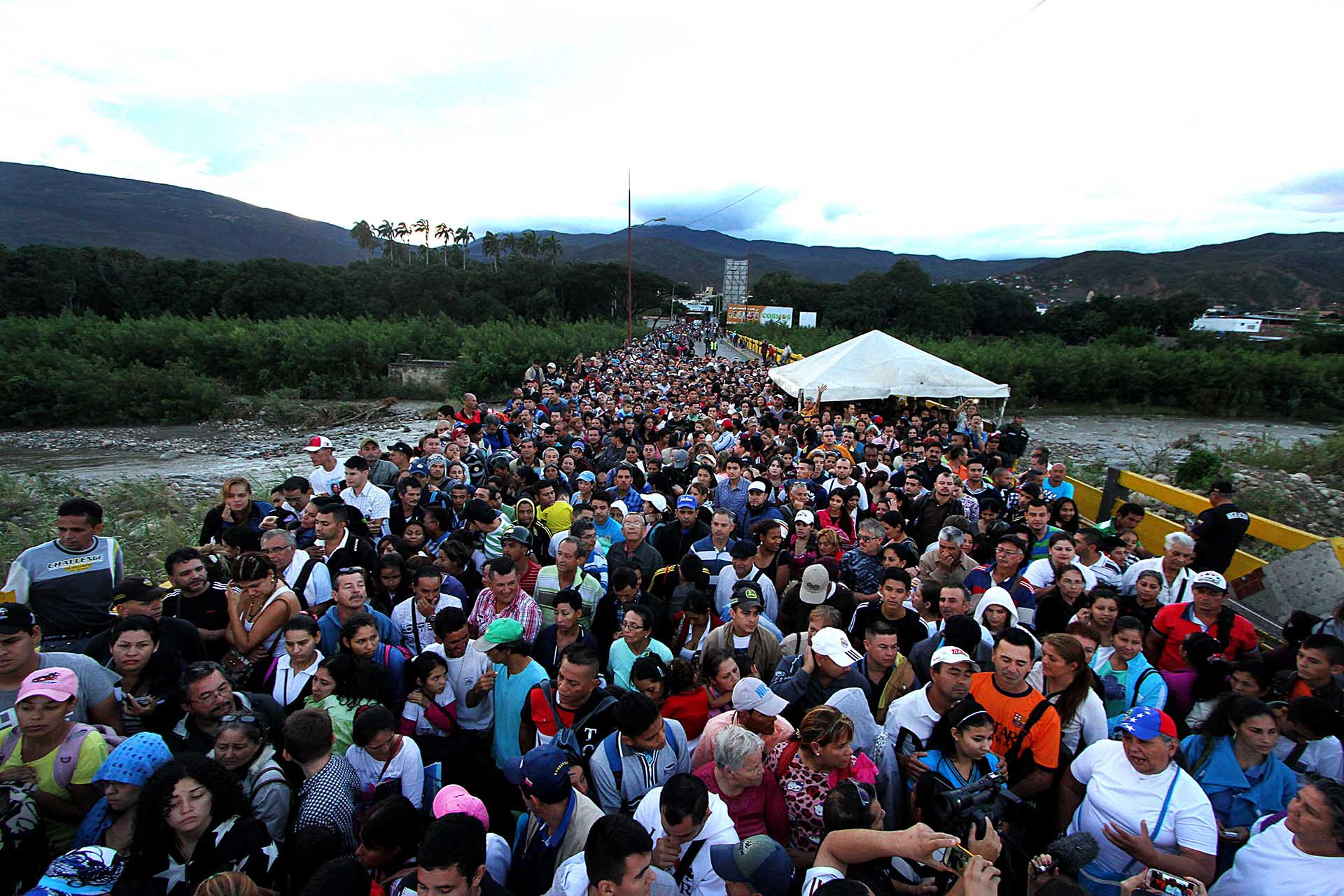 Miles de venezolanos cruzaron el puente Simon Bolivar para ingresar a Colombia (AFP)