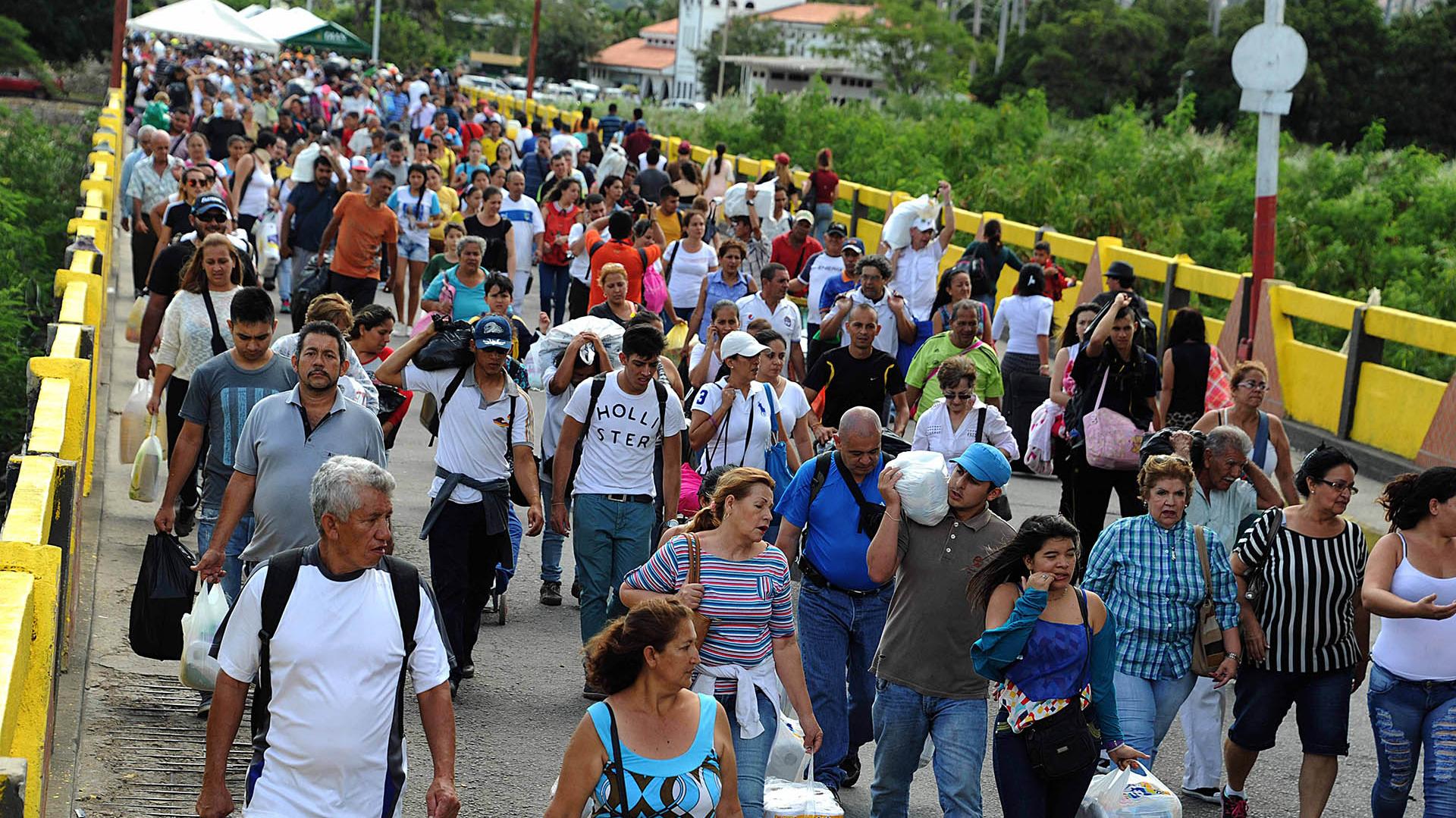 Venezolanos ingresando a Cúcuta, colombia (AFP)