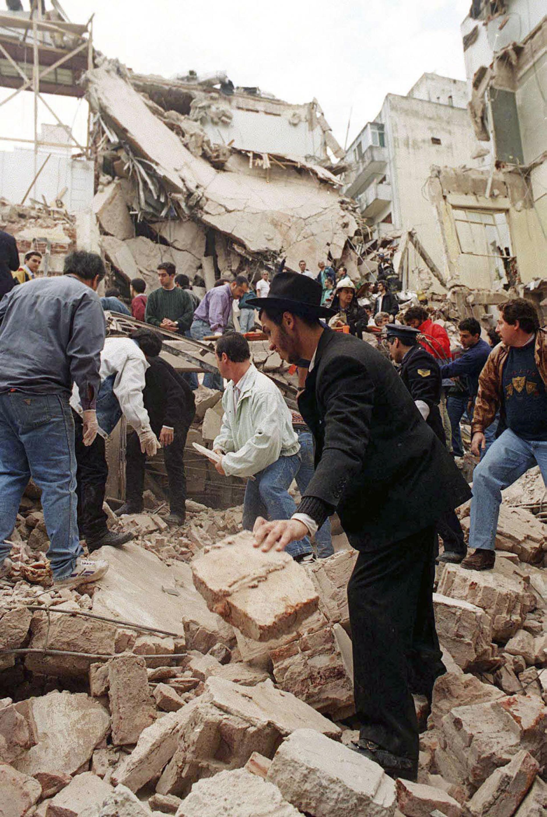 El atentado fue tomado por la colectividad judía, la Justicia y los gobiernos como un ataque a toda la sociedad argentina (NA)