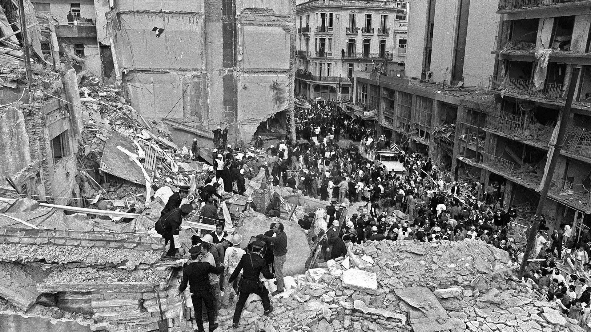 Los alrededores de la sede también se vieron afectados por la explosión (AFP)
