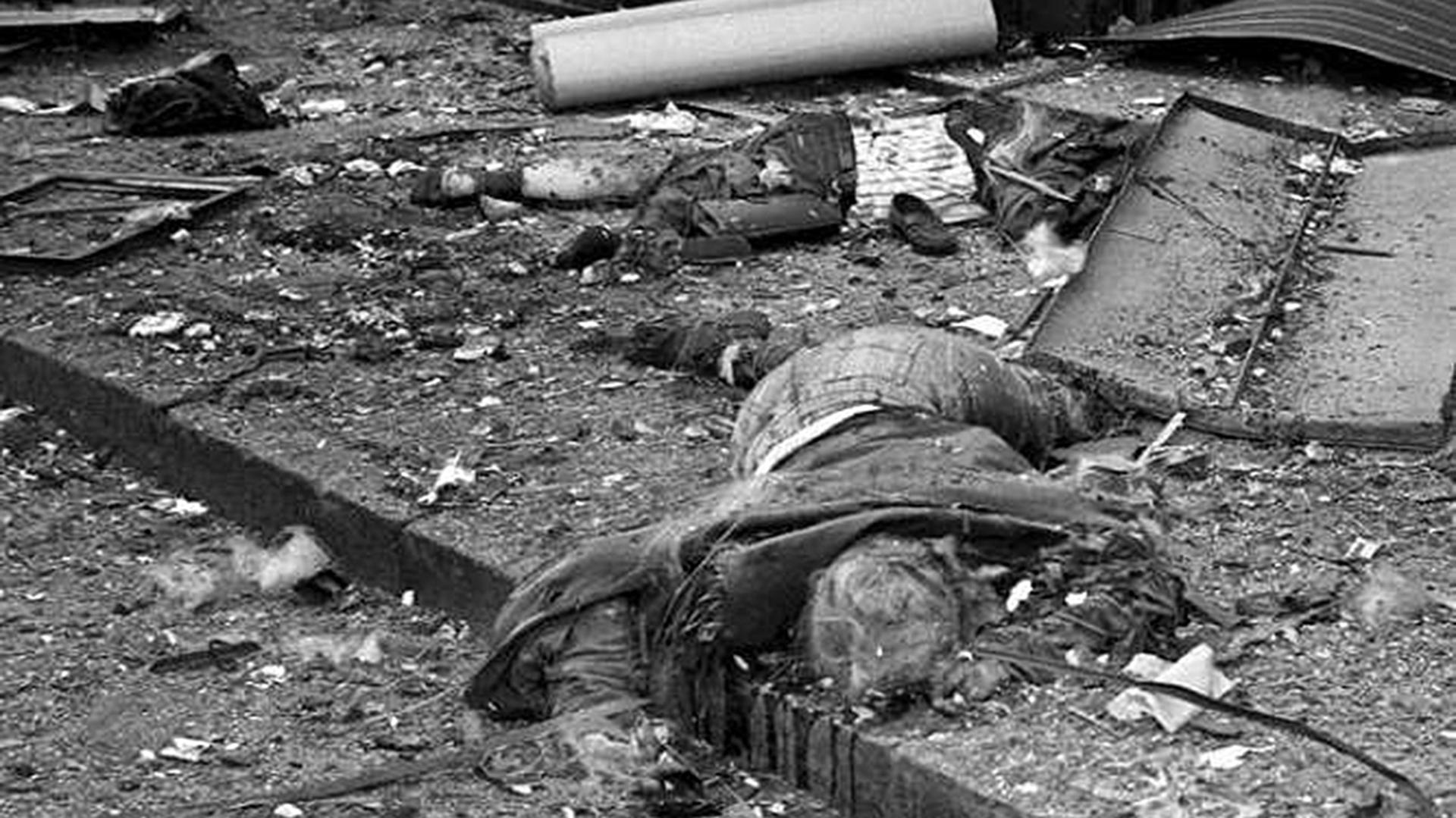 En el momento del atentado 67 víctimas estaban dentro de la sede de la mutual judía y otras 18 en la vereda o en edificios aledaños (AFP)
