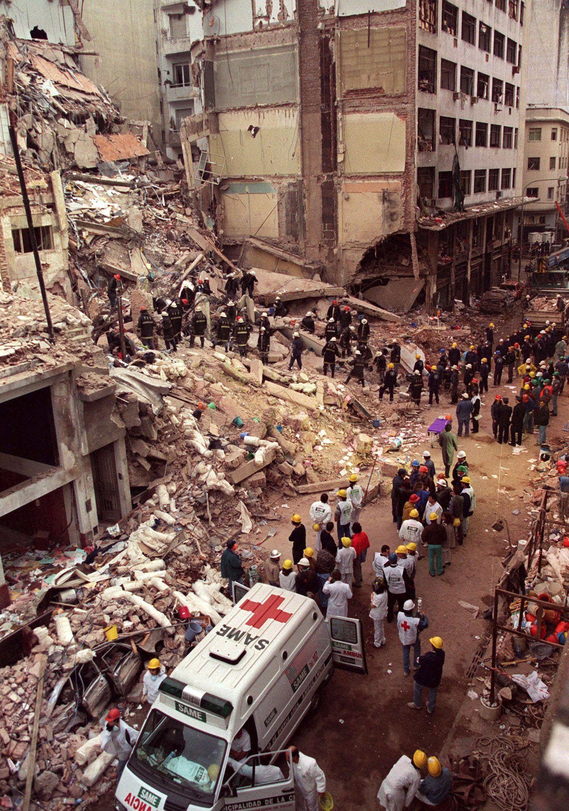 Cientos de voluntarios colaboraron con las tareas de salvataje entre los escombros