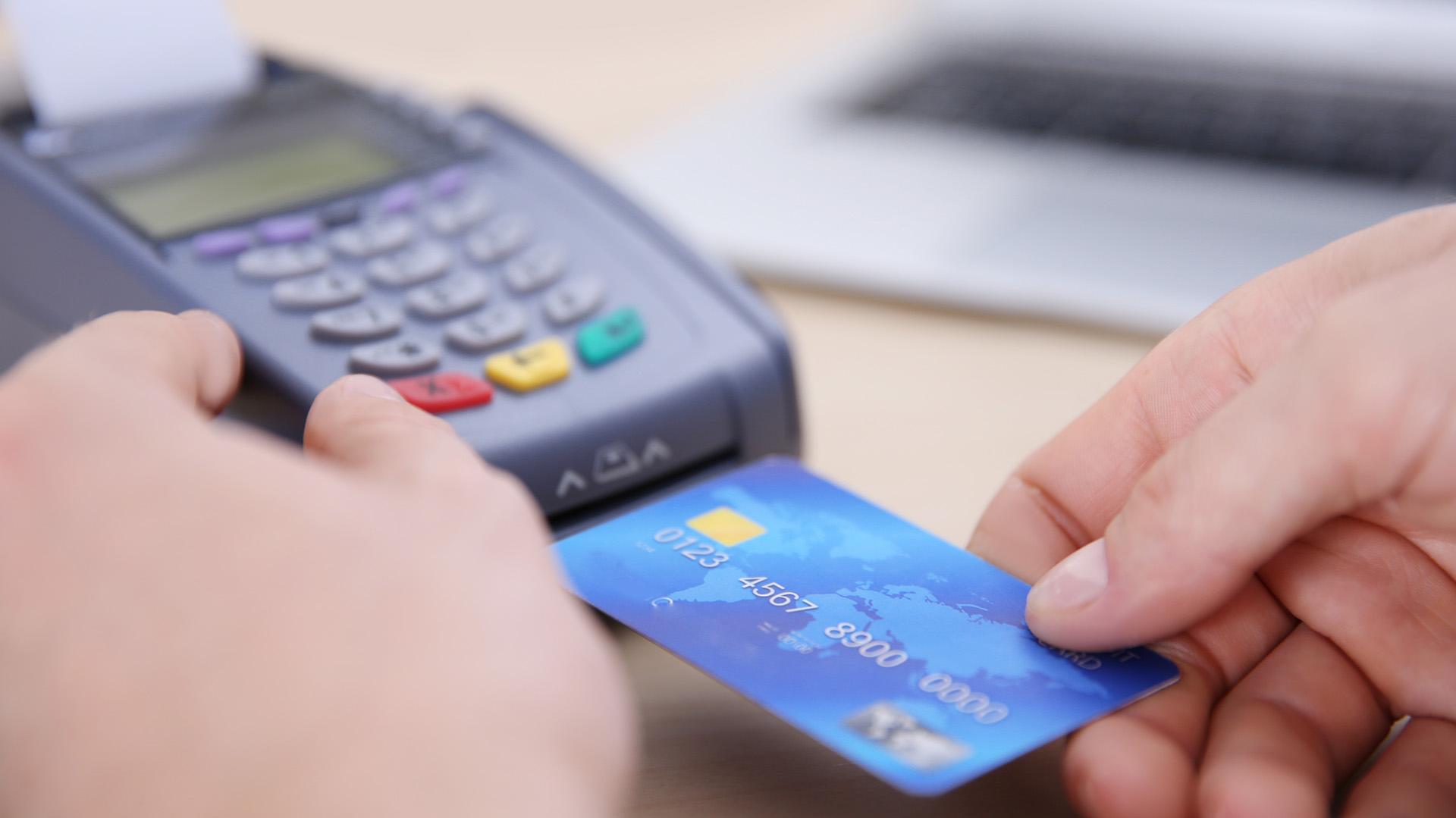 En abril se registraron cancelaciones netas, en términos reales, de las operaciones con tarjeta de crédito (Shutterstock)