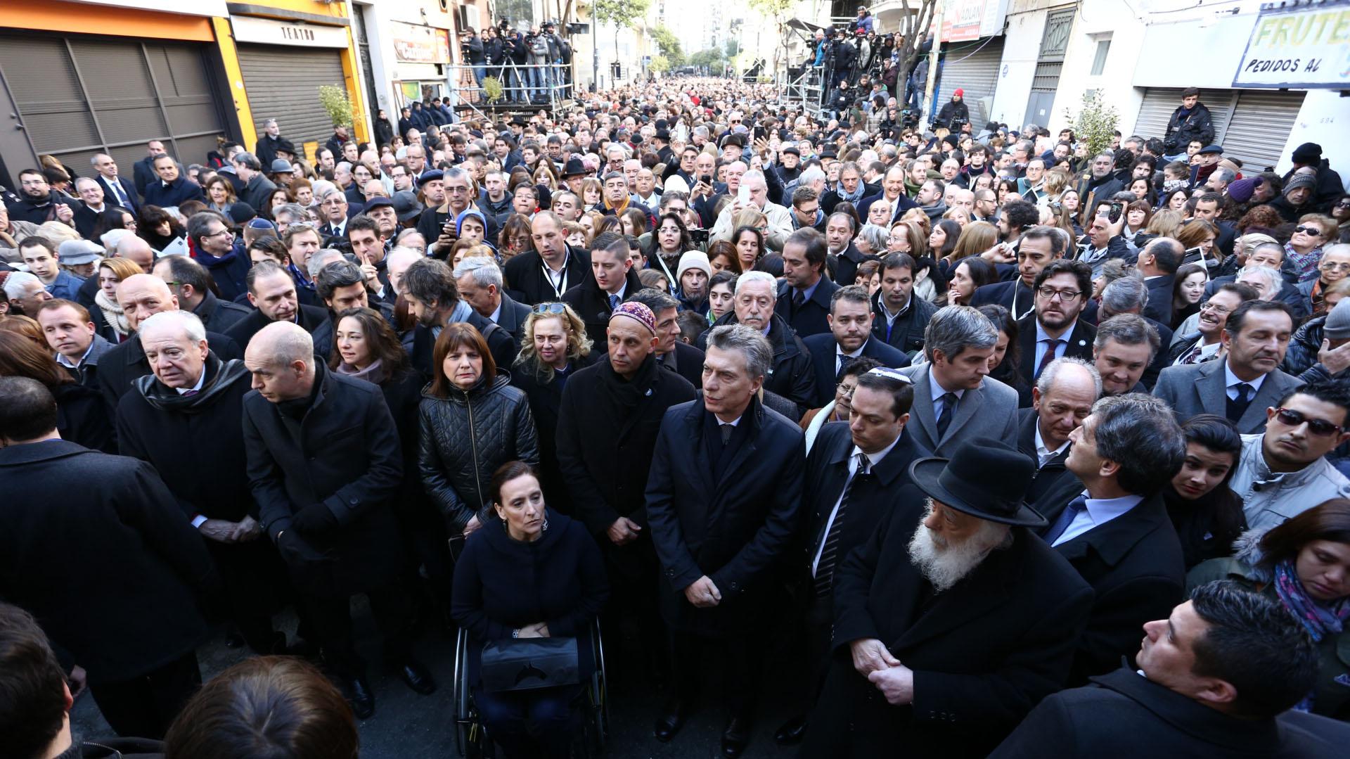 Al acto asistieron el jefe de Gobierno porteño, Horacio Rodríguez Larreta, las autoridades de la AMIA y de la Delegación de Asociaciones Israelitas Argentinas (DAIA), además de representantes de organizaciones, familiares y amigos de las víctimas. (Infobae)