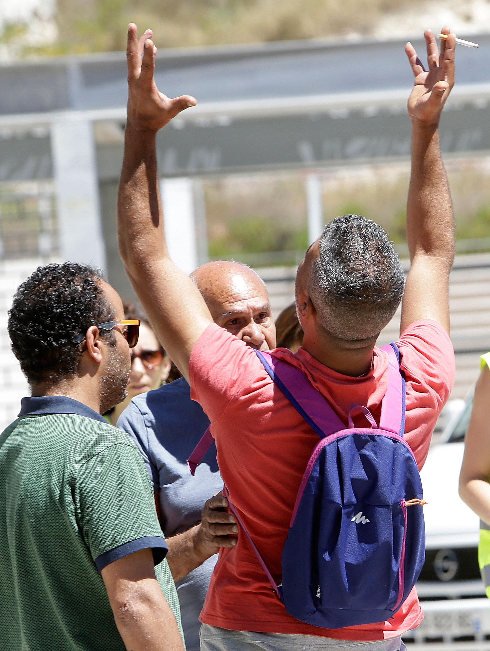 """""""¡Los dos!, ¡los dos!"""", fue el grito que salió desde lo más profundo de Tahar Mejri en la tarde de ayer domingo, en Niza (AP)"""
