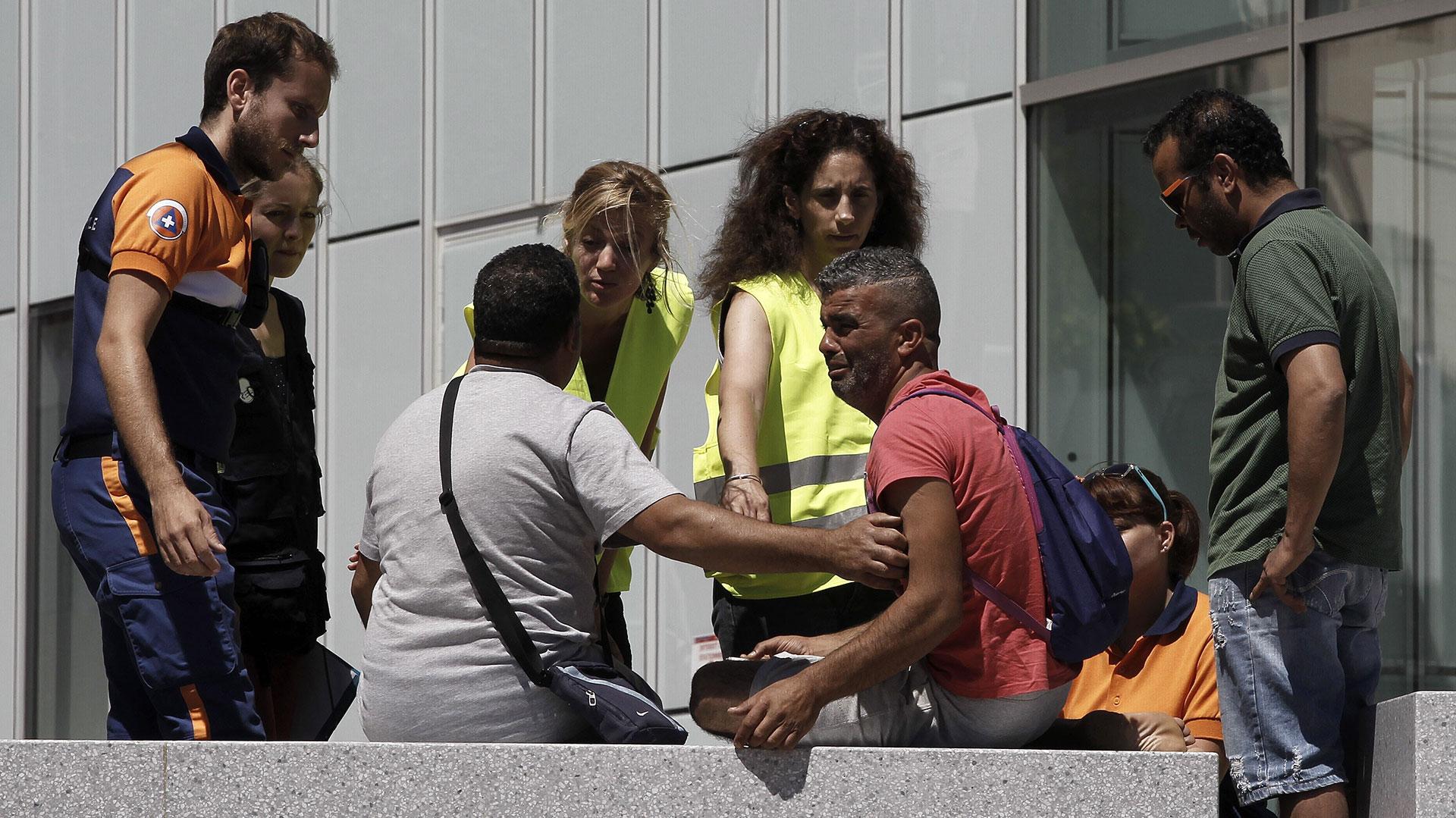 El llanto desolador de Mejri en la puerta de un hospital de NIza. Personal médico se acercó para estar a su lado en ese dramático momento (EFE)