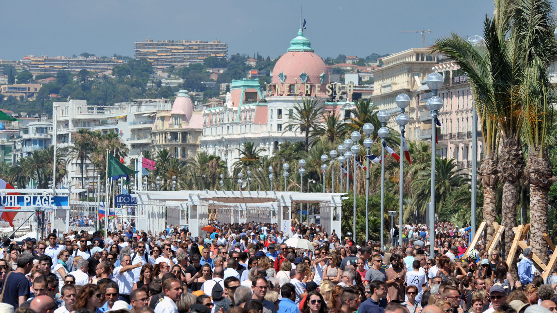 Miles de personas colmaron el paseo marítimo de Niza para recordar a las víctimas (Reuters)