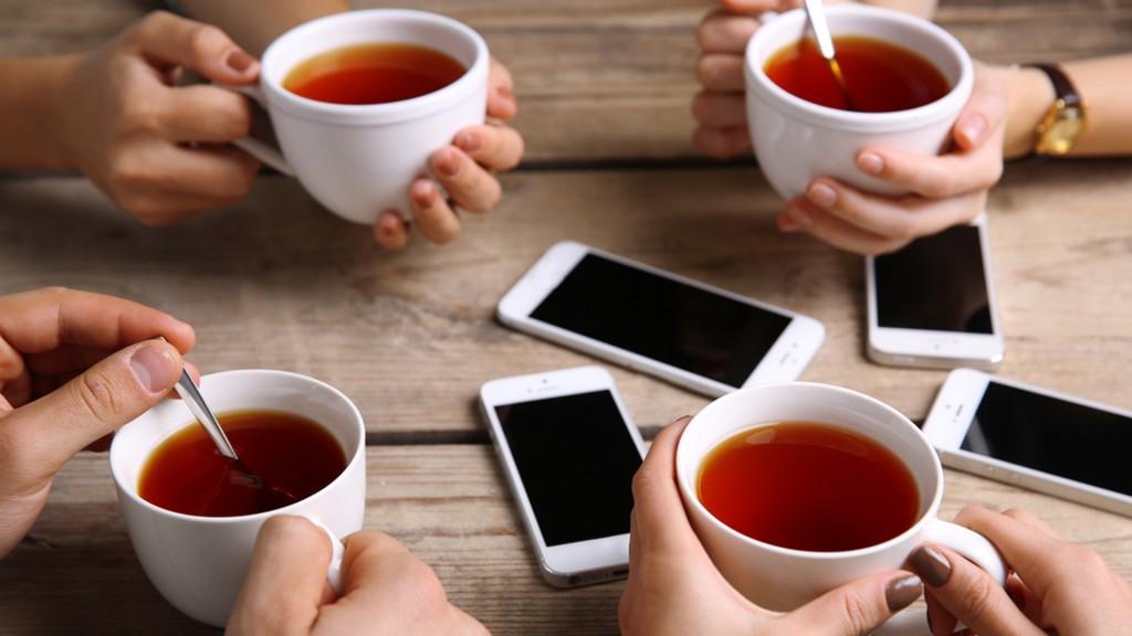 El celular se ha convertido en el protagonista de cualquier encuentro social (Shutterstock)