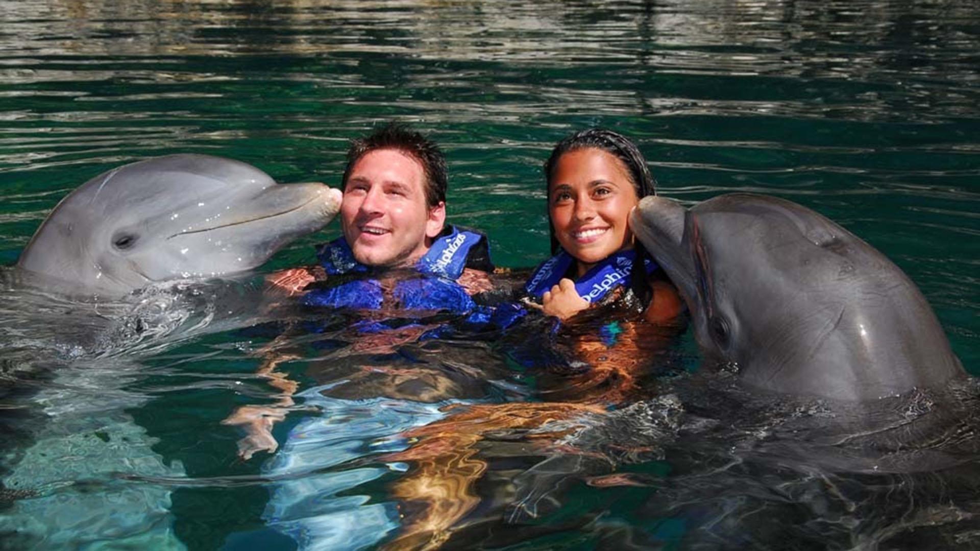Después del Mundial de Sudáfrica en 2010, Antonela se fue a vivir a Barcelona con Messi. Finalizado el campeonato viajaron a Cancún, México, donde descansaron y se permitieron nadar con delfines en la Riviera Maya
