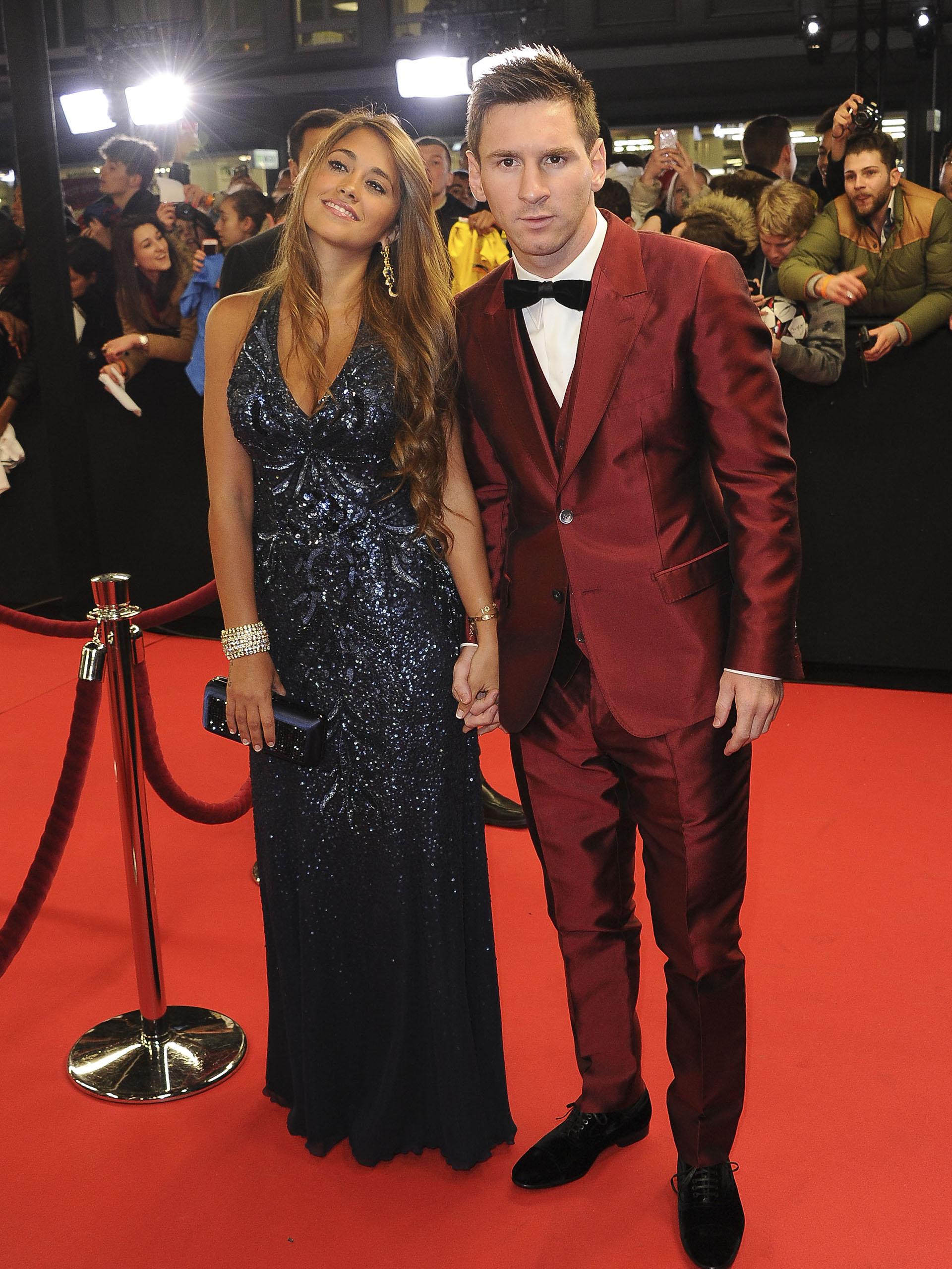La alfombra roja de la gala del Balón de Oro de Zurich. Antonela deslumbró con el profundo escote de su elegante vestido negro de la firma Rosa Clará y él con un inconfundible Dolce & Gabbana (AP)