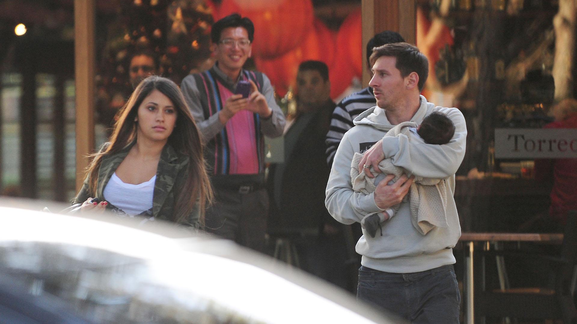 Thiago nació el 2 de noviembre de 2012. Esta es una de las primeras imágenes que se conocieron del primer hijo de Lionel y Antonela. Fue en Barcelonael 10 de diciembre de ese año (Grosby Group)