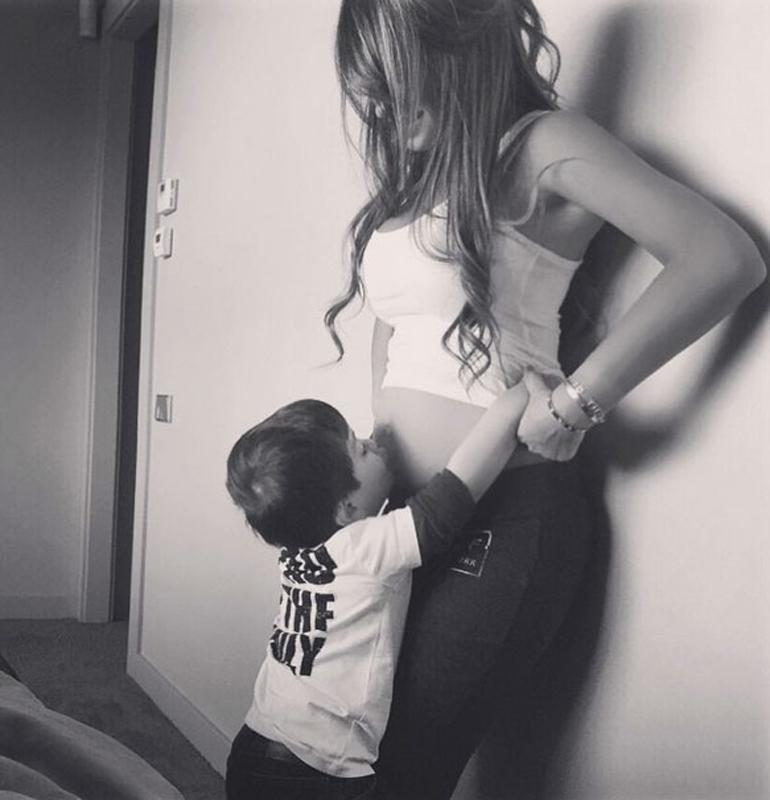 """Con esta foto en su cuenta de Facebook, Messi confirmó el segundo embarazo de Antonella Roccuzzo: """"¡Esperándote con muchas ganas!!! ¡Thiagui, mamá y papá te amamos!"""", escribió"""