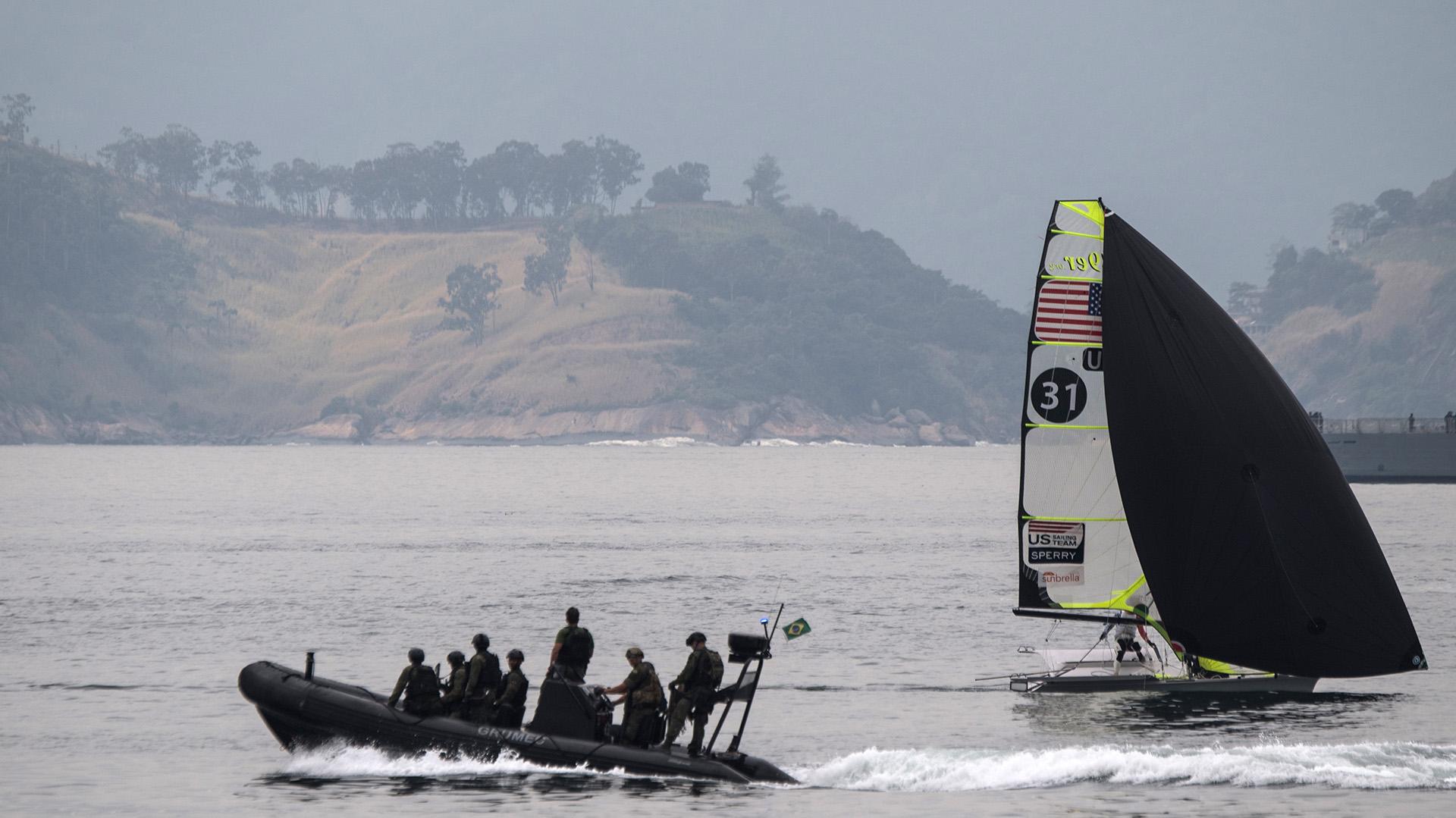 Los marines de Brasil patrullan las aguas de Flamengo en un bote de goma, tal cual lo harán durante las pruebas acuáticas del evento deportivo (AFP)
