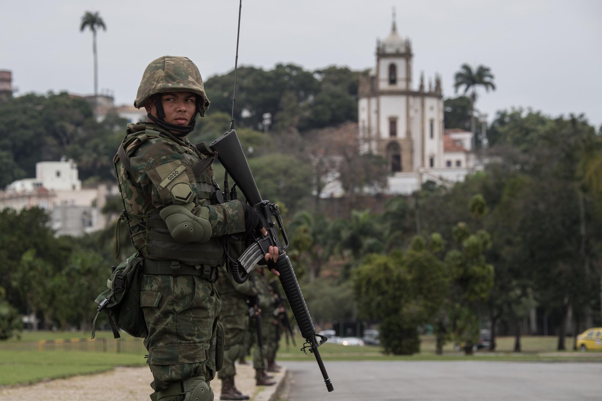 Los marines deberán garantizar la seguridad de 700.000 de visitantes, que acudirán a la ciudad brasileña para presenciar el megaevento deportivo (AFP)