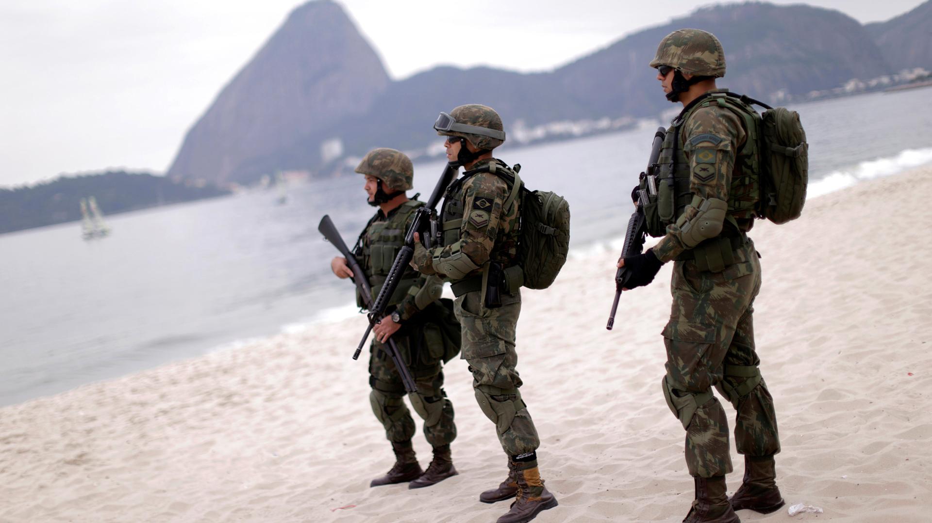 Con un impresionante despliegue, los fusileros de la marina desembarcaron en el Aterro de Flamengo, en Río de Janeiro (REUTERS)
