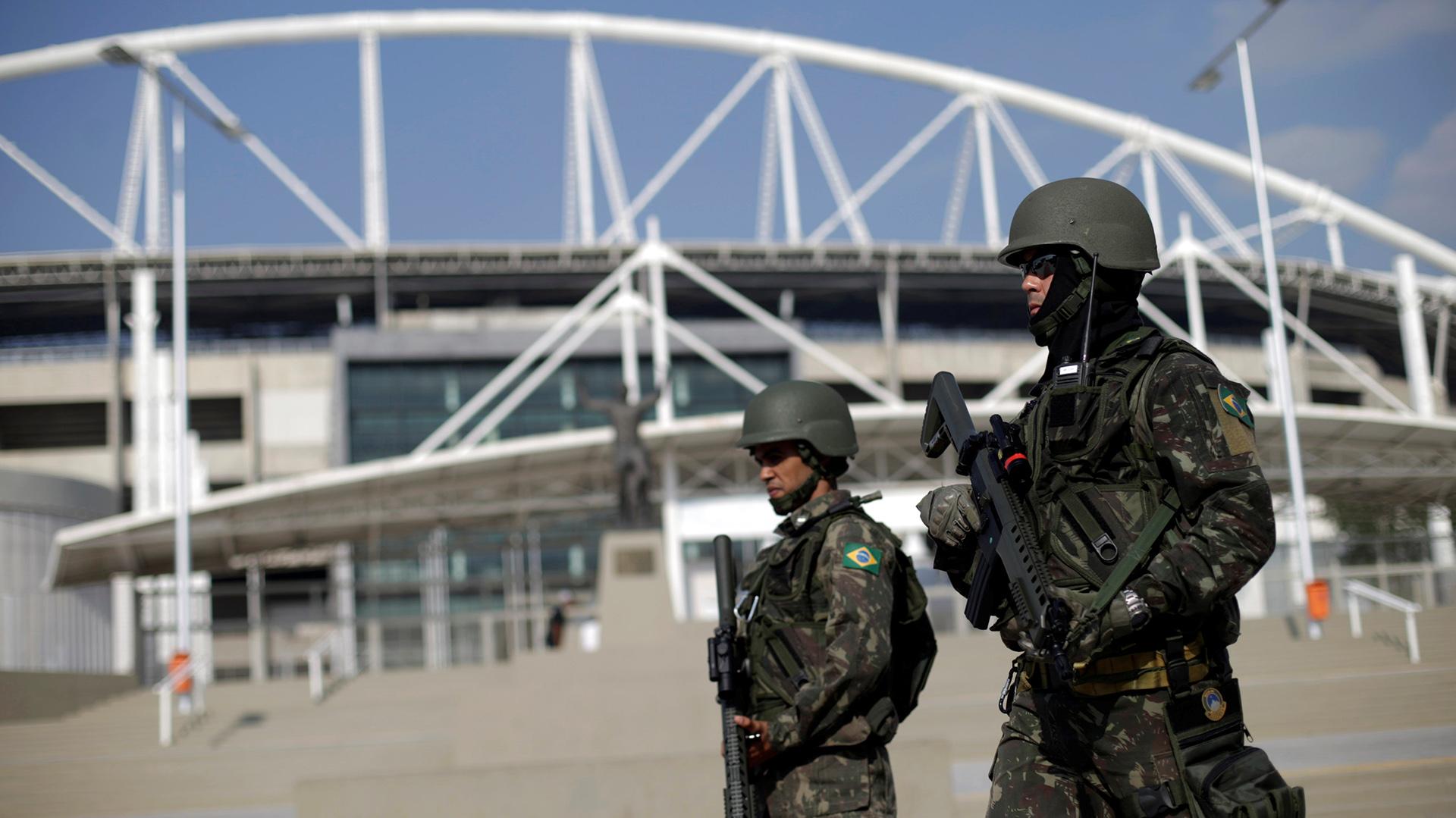 Soldados frente al Estadio Maracaná, recinto donde los Juegos Olímpicos tendrán su ceremonia inaugural, el 5 de agosto, y su acto de cierre, el día 21 (REUTERS)