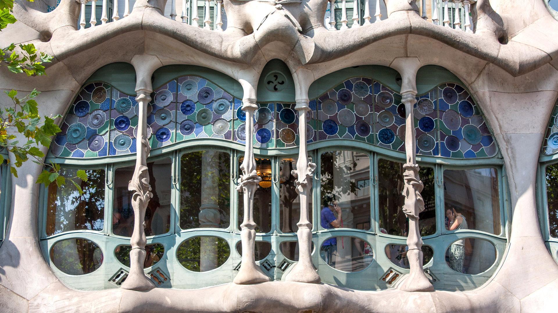 Casa Batlló fue diseñada por Gaudí para un adinerado aristócrata de Barcelona. Los primeros pisos eran para el propietario y los pisos superiores estaban destinados al alquiler. Ahora funciona como museo.