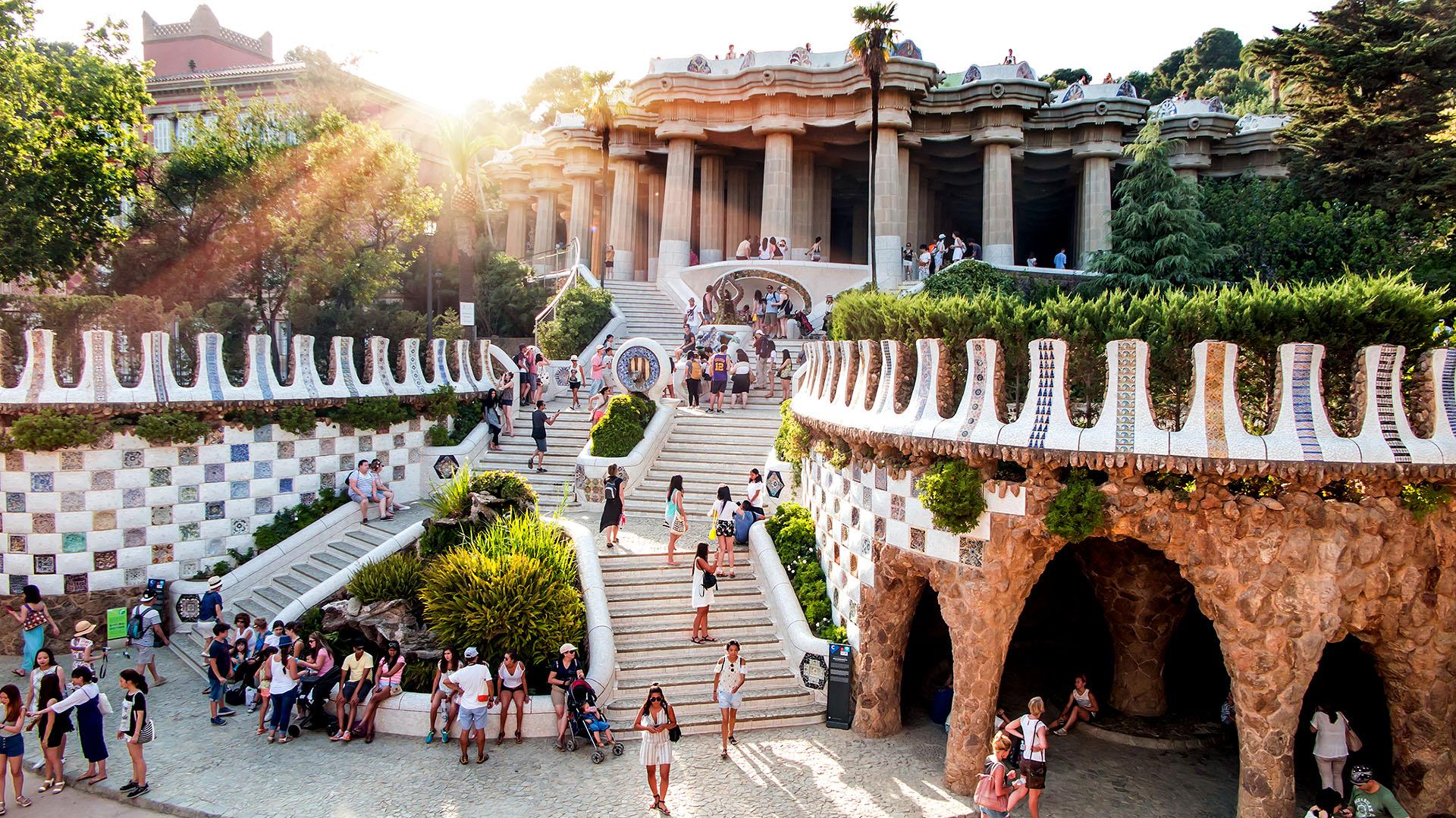 El parque Güell fue un encargo de Eusebi Güell que quería crear un parque de diseño para la aristocracia de Barcelona