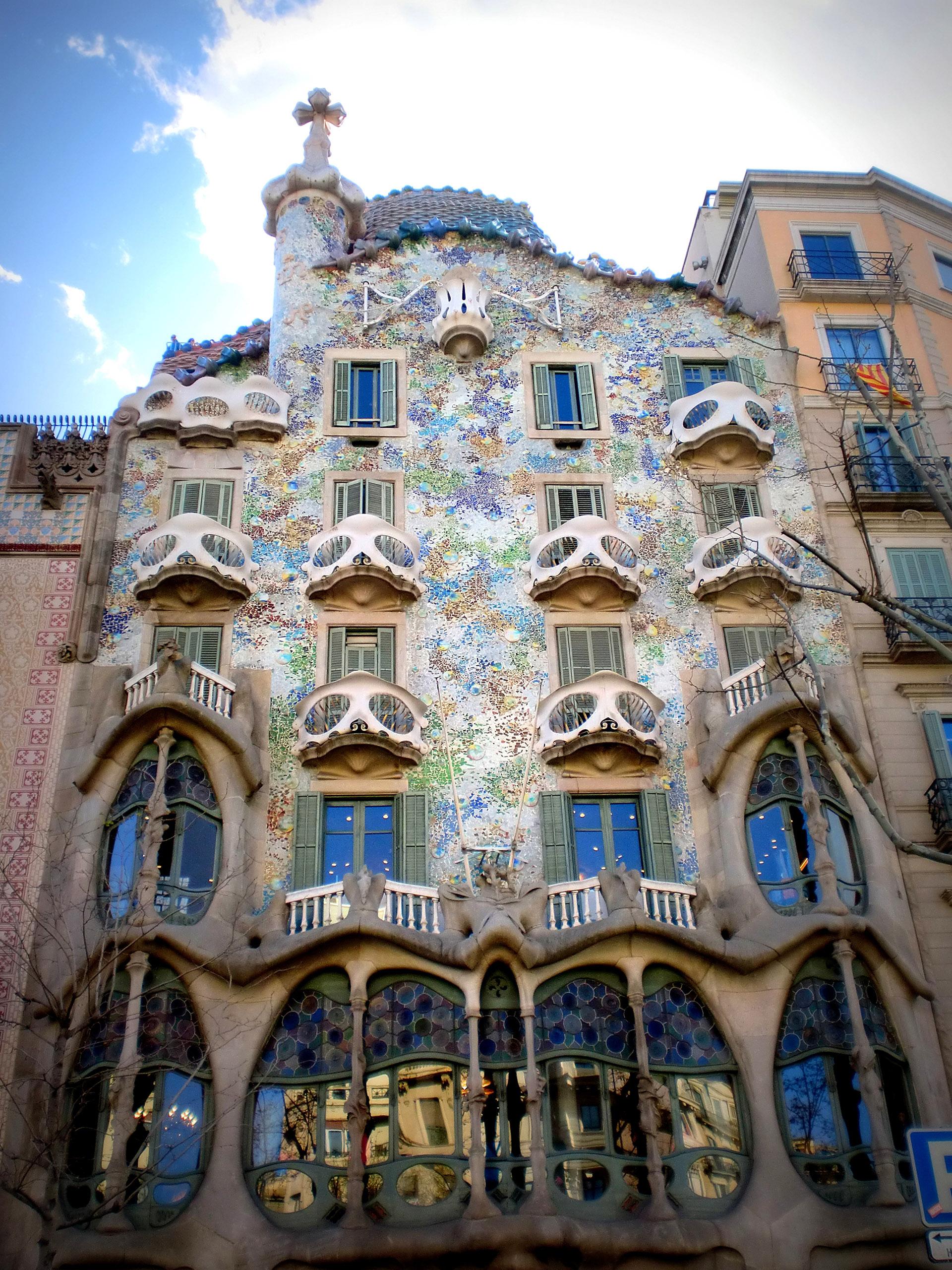 La Casa Batlló es uno de los grandes edificios diseñados por Gaudí en Paseo de Gràcia. De afuera la fachada de la Casa Batlló parece como si estuviese hecha de calaveras y huesos. Las calaveras son en realidad balcones y los huesos son pilares.
