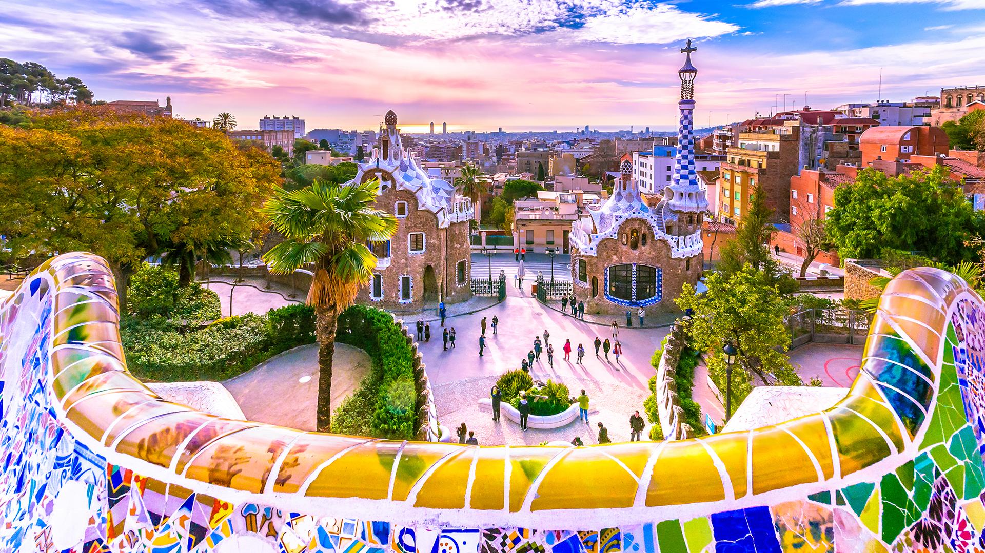 En la parte superior del Parc Güell hay una terraza con una vista maravillosa del parque y de la ciudad de Barcelona