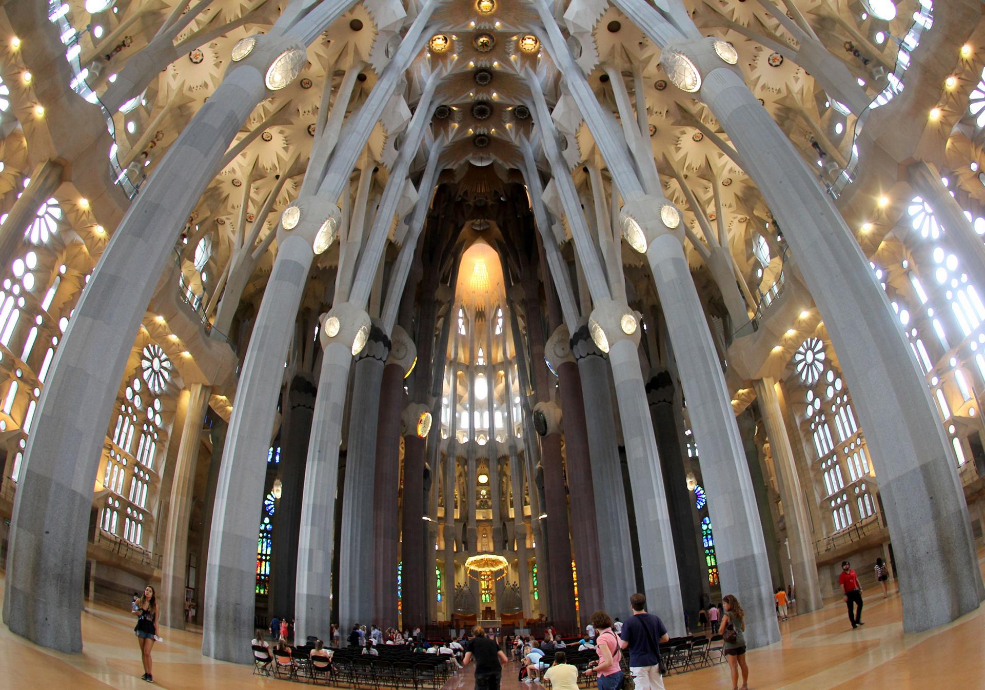 Las columnas arborescentes, además de su función estructural, reflejan la idea de Gaudí de que el interior del templo tenía que ser como un bosque que invitara a la oración, y que fuera adecuado para la celebración eucarística