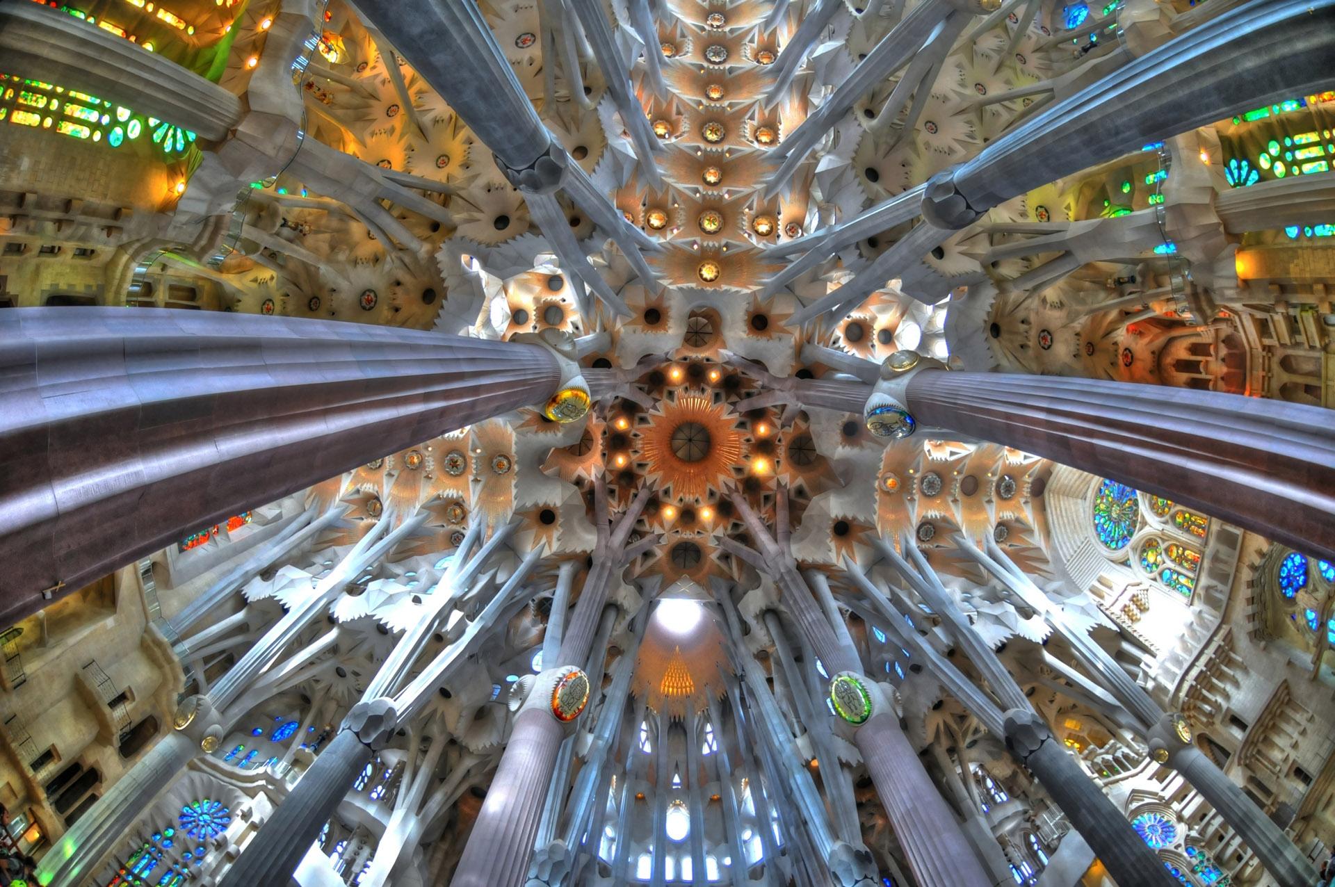 Para liberar de peso a los techos y aportar luz, Gaudí ubicó, en los espacios situados entre las columnas, unos tragaluces de vidrio doradas y verdes y con baldosas, por donde entra y se refleja la luz solar