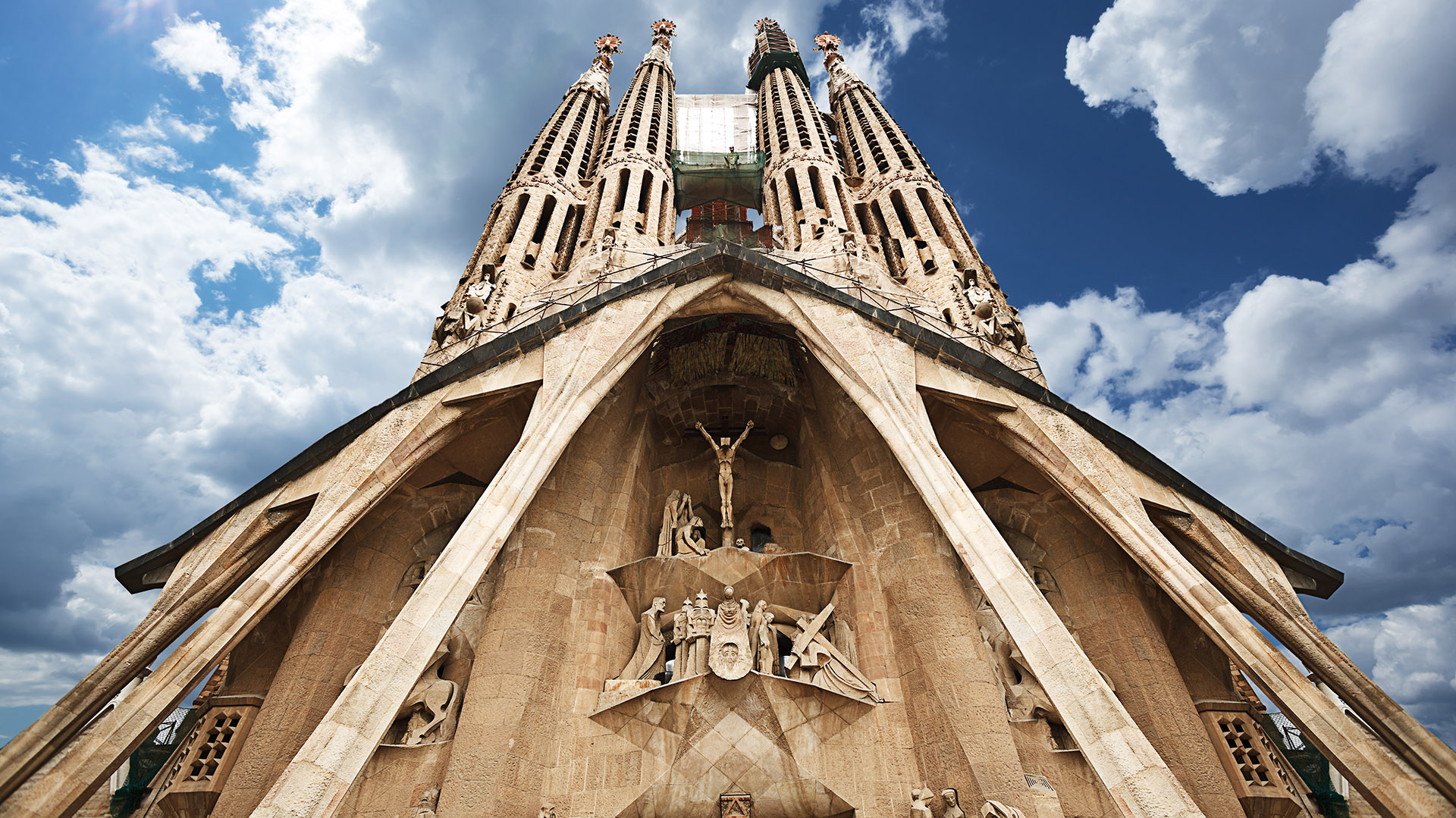 La verticalidad es una de las características de la iglesia que propone Gaudí con el objetivo simbólico de elevarse hacia Dios: una forma de pirámide desde el exterior, una altura elevada en las naves y unos pináculos, en la cumbre de las torres, que parecen confundirse con el cielo