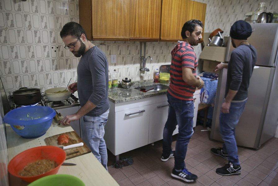 Tres jóvenes sirios en San Pablo; Brasil es el principal destino de los refugiados que escapan de la guerra civil (AP)