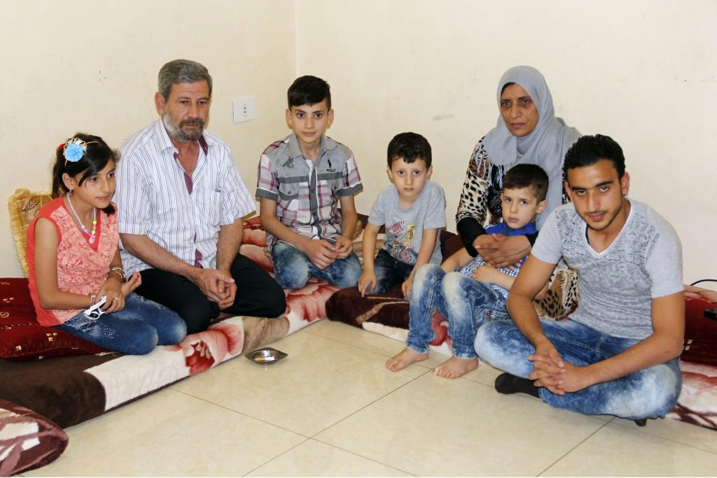 Los refugiados sirios que logran escapar de la guerra llegan primero al Líbano o, como esta familia, a Turquía (AFP)