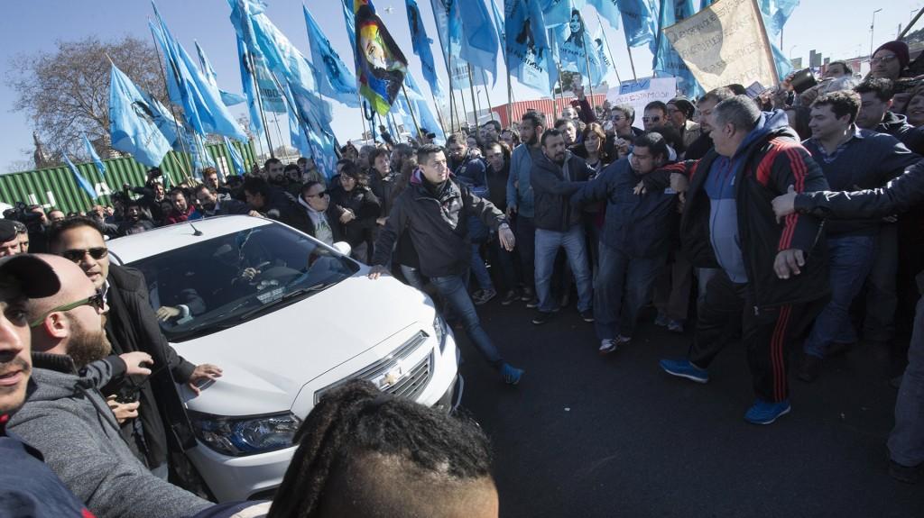 Cristina Kirchner y su comitiva de custodios, al ingresar a los tribunales de Comodoro Py. (NA)