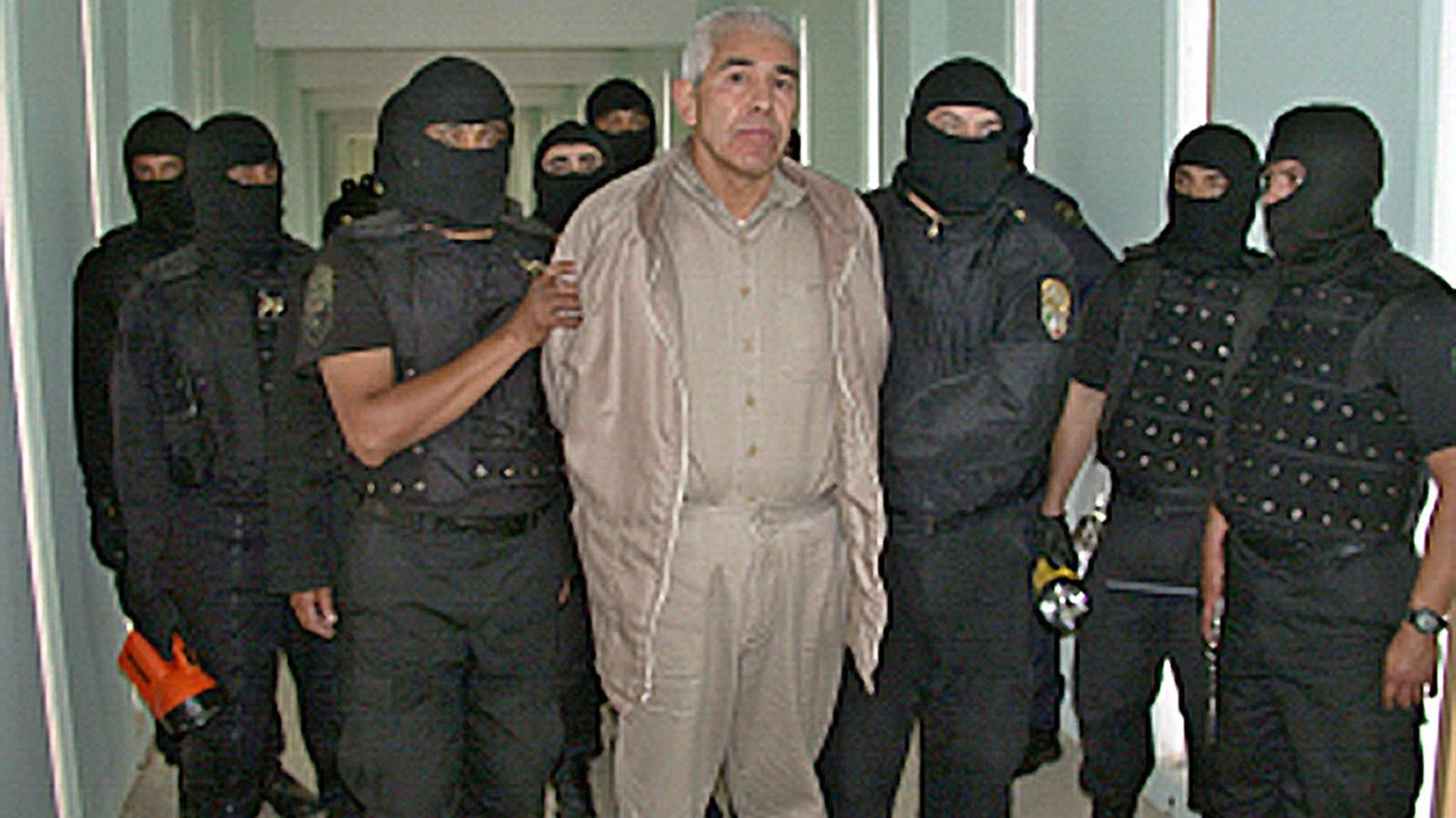 Rafael Caro Quintero custodiado por agentes antidrogas en la prisión Puente Grande, en Guadalajara (Foto: AFP)