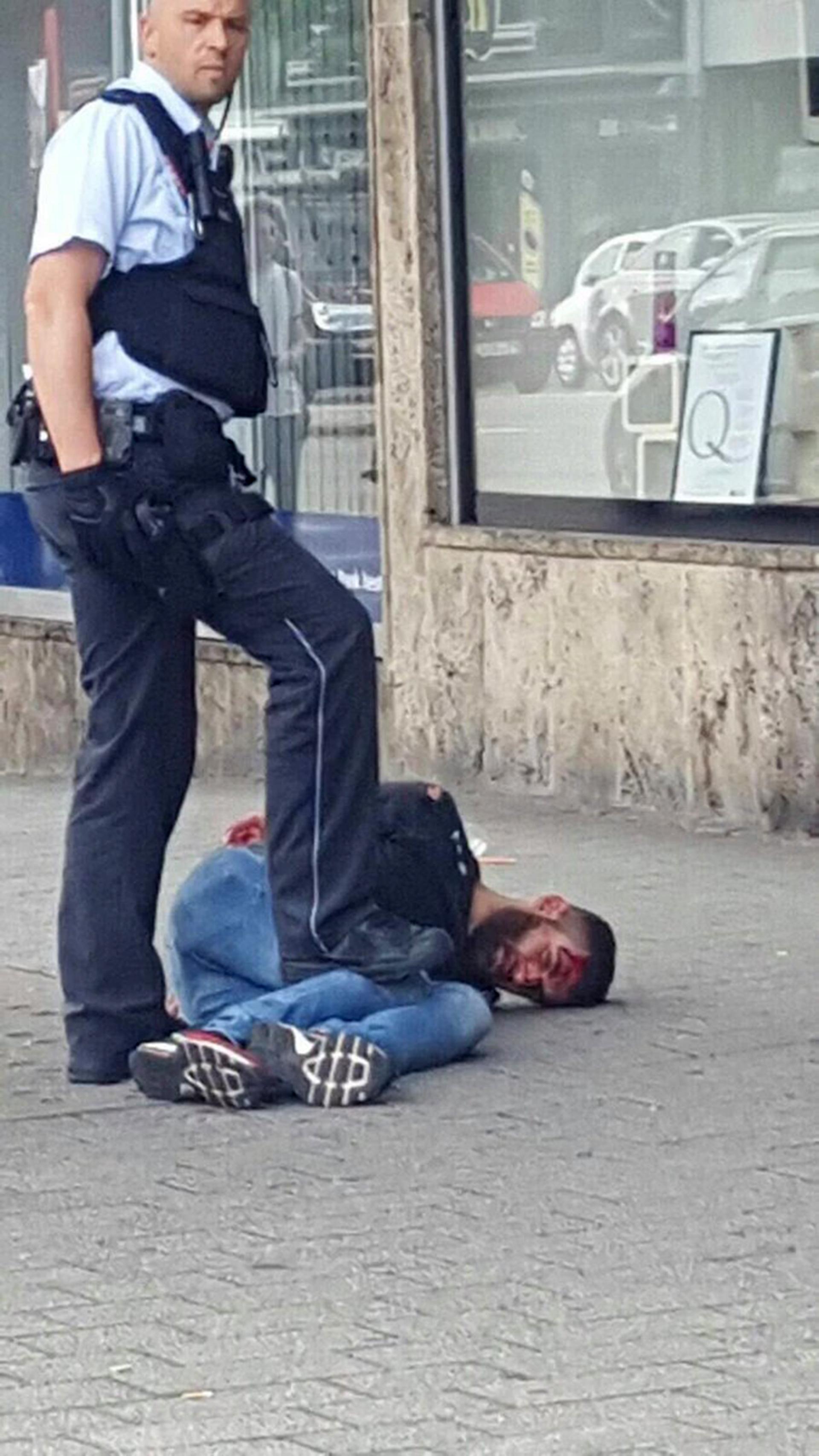 Esta foto que circula por redes sociales sería la del atacante y el policía que lo detuvo. (@UKPegida)
